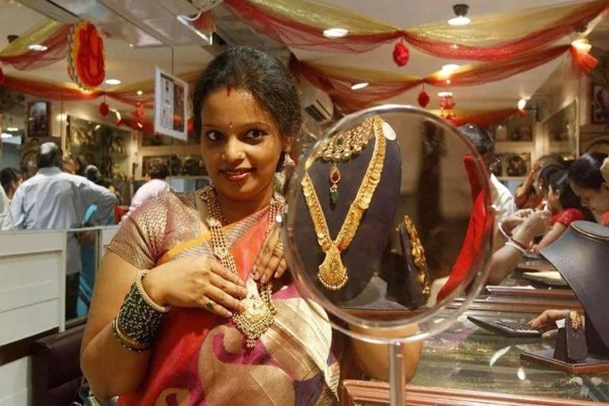 દિલ્હી બૂલિયન બજારમાં સોમવારે એક કિલોગ્રામ ચાંદીનો ભાવ 68,202 રૂપિયા પર આવી ગયો. શુક્રવારે ચાંદીનો ભાવ 68,408 રૂપિયા પ્રતિ કિલોગ્રામ પર બંધ થયો હતો.