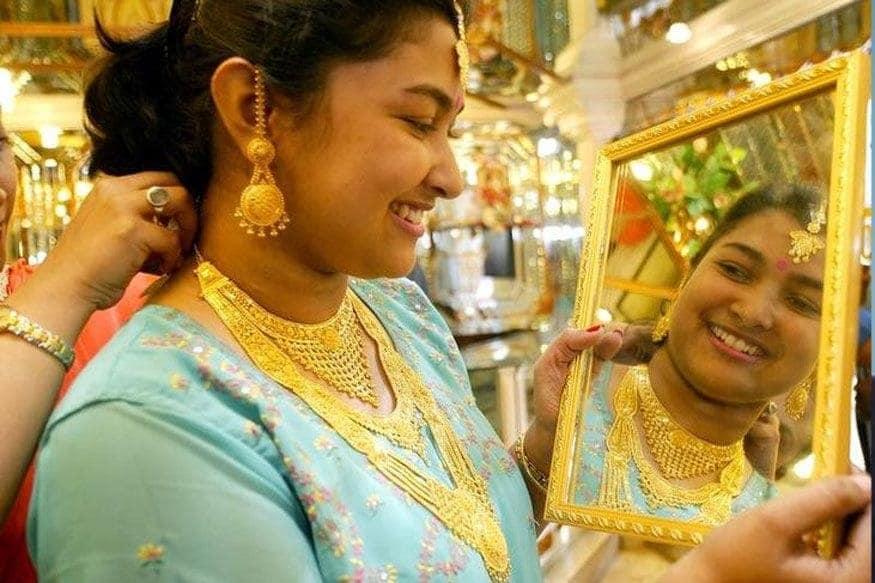 અમદાવાદઃ અમેરિકન ડોલરની (Dollar) સામે ભારતીય રૂપિયો (Indian rupee) નબળો પડતા રોકાણકારોએ સોનામાં રોકાણ વધારતા સોનામાં તેજી યથાવત રહી હતી. આજે શનિવારે પણ અમદાવાદ માર્કેટમાં સોના-ચાંદીમાં તેજી જોવા મળી હતી. અમદાવાદમાં (Gold Price today) સોનું 55600 રૂપિયાની ઓલટાઈમ હાઈ સપાટીએ (All time high) રહ્યું હતું. જ્યારે ચાંદીમાં (Silver price today) પણ 1000 રૂપિયાનો ઉછાળો નોંધાયો હતો.
