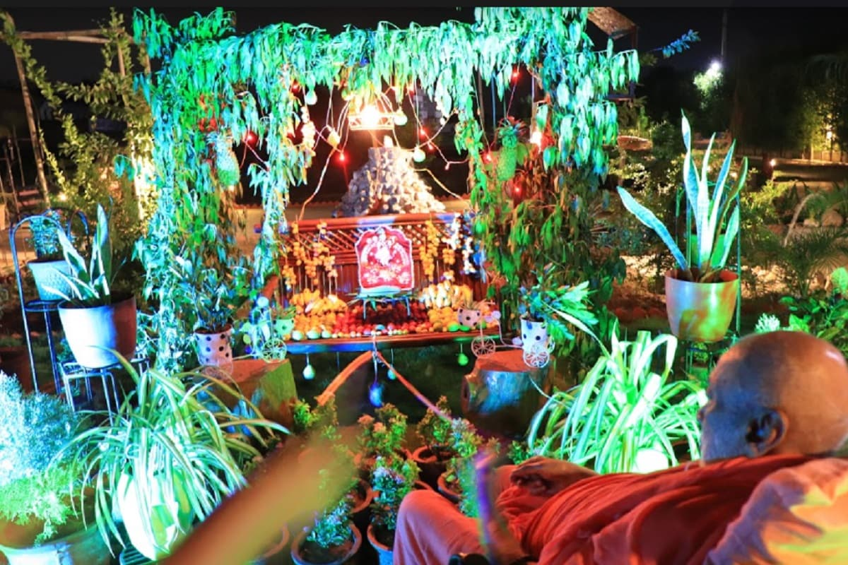 હવે ભગવાનના હિંડોળા દર્શન આવતા વર્ષે એટલે કે અગિયાર મહિના પછી થશે. અષાઢ વદ બીજથી સ્વામીનારાયણ સંપ્રદાયના મંદિરોમાં હિંડોળા નો પ્રારંભ થયો હતો અને જેની પુર્ણાહુતી શ્રાવણ વદ બીજના રોજ આજે કરવામાં આવી છે.