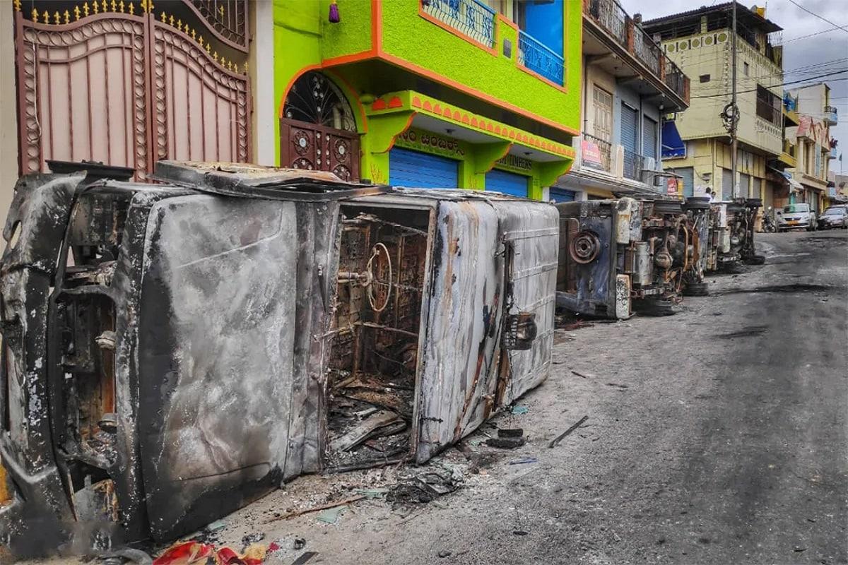 બેંગલુરુ : બેંગલુરુ હિંસા (Bengaluru violence) પર કર્ણાટકના મંત્રી સીટી રવિએ (Karnataka Minister CT Ravi) કહ્યું કે રમખાણને આયોજન પૂર્વક અંજામ આપવામાં આવ્યો છે. સંપત્તિને નુકસાન પહોંચાડવા માટે પેટ્રોલ બોમ્બ (Petrol Bomb)અને પત્થરોનો ઉપયોગ કર્યો હતો. 300થી વધારે વાહનો સળગાવવામાં આવ્યા છે. અમારી પાસે સંદિગ્ધ છે પણ તપાસ પછી જ પૃષ્ટિ કરાશે. અમે ઉત્તર પ્રદેશની જેમ નષ્ટ થયેલી સંપત્તિના નુકસાનની વસુલી તોફાનીઓ પાસેથી કરીશું. (તસવીર : રિયાઝ વીજે)