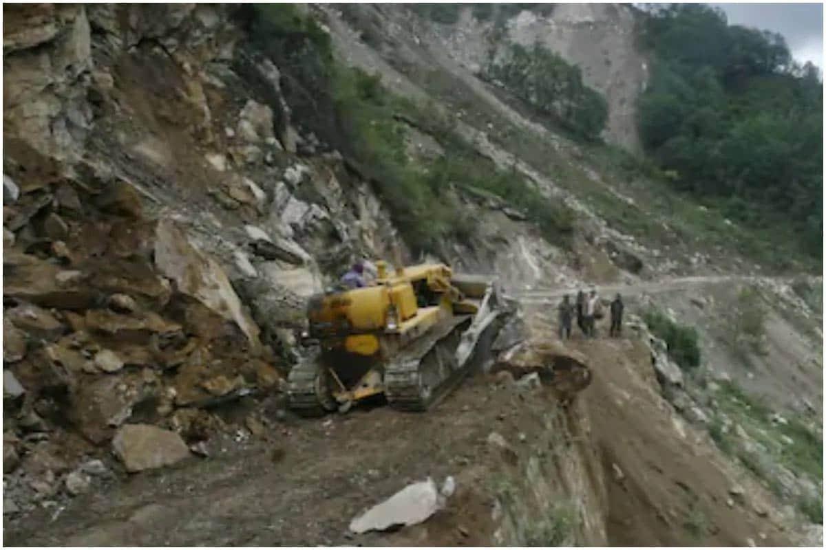 મુન્નારઃ કેરળ (Kerala)ના મુન્નાર (Munnar)માં સતત પડી રહેલા વરસાદને કારણે એક મોટું ભૂસ્ખલન (Landslide) થયું છે. આ દુર્ઘટનામાં અત્યાર સુધી 10 લોકોનાં મોત થયા છે. ચાના બગીચામાં કામ કરનારા અનેક મજૂરો ફસાઈ ગયા છે. સ્થાનિક અધિકારીઓ મુજબ, આ દુર્ઘટના ઇડુક્કી જિલ્લાની છે. આ વિસ્તાર સાથે ભારે વરસાદના કારણે સંપર્ક તૂટી ગયો છે. અત્યાર સુધીની મળેલી જાણકારી મુજબ, 10થી વધુ લોકોને બચાવી લેવામાં આવ્યા છે. કહેવામાં આવી રહ્યું છે કે લગભગ 80 લોકો અહીં રહે છે. (Image: News18)