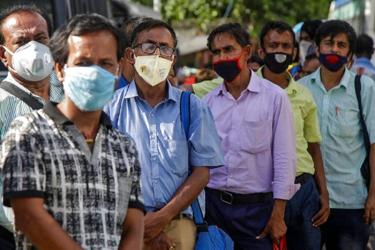 નવી દિલ્હીઃ દેશમાં કોરોના વાયરસનું (Coronavirus) સંક્રમણ ઝડપથી ફેલાઈ રહ્યું છે. કોવિડ-19 (covid-19)થી બચવું હોય તો માસ્ક (face (Mask))પહેરવું ખૂબ જ જરૂરી છે. માસ્ક અંગે કેન્દ્ર સરકારે પણ લોકોને અનેક વખત અપીલ કરી છે. જેની અસર પણ જોવા મળે છે. લોકો માસ્ક અને ગ્લવ્સનો ઉપયોગ કરી રહ્યા છે. પરંતુ માસ્કનો ઉપયોગ કર્યા બાદ પણ તેને કેવી રીતે ફેકવું એ અંગે પણ લોકોમાં જાણકારી નથી. જેના કારણએ લોકોમાં આનું ખોટું પરિણામ જોવા મળી રહ્યું છે.