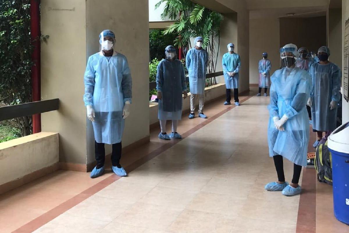 સંજય ટાંક, અમદાવાદ,જોઈ લો આ પ્રકારે પણ આયોજન બદ્ધરીતે પરીક્ષા (exam) લઈ શકાય છે અને તે નડિયાદ દેસાઈ યુનિવર્સિટીએ (Nadiad Desai University) સાબિત કરી બતાવ્યું છે. જ્યાં ડેન્ટલ ફેકલ્ટીના વિદ્યાર્થીઓ એ પ્રેક્ટિકલ એકઝામ PPE કીટ પહેરી પૂર્ણ કરી. દોઢ મહિના સુધી ચાલેલી પરીક્ષા દરમિયાન તમામ નિયમોનું પાલન કરવામાં આવ્યું હોવાનું સામે આવ્યું છે. હાલમાં કોરોના કાળમાં (coronavirus) પરીક્ષા લેવાની વાતથી યુનિવર્સિટીના સંચાલકોનો પરસેવો છૂટી જાય છે. અને ઘણીવાર ઓનલાઇન કે ઓફલાઇન એક્ઝામની તારીખો પાછી ઠેલવાની ફરજ પડે છે તેવામાં અમદાવાદ નજીક આવેલા નડિયાદની ધરમશી દેસાઈ યુનિવર્સિટીના ડેન્ટલ ફેકલ્ટીની એક્ઝામ આખરે સંપન્ન થઈ. છેલ્લા દોઢ મહિનાથી ચાલતી પરીક્ષામાં અંદાજે 500 જેટલા વિદ્યાર્થીઓની પરીક્ષા લેવામાં આવી.
