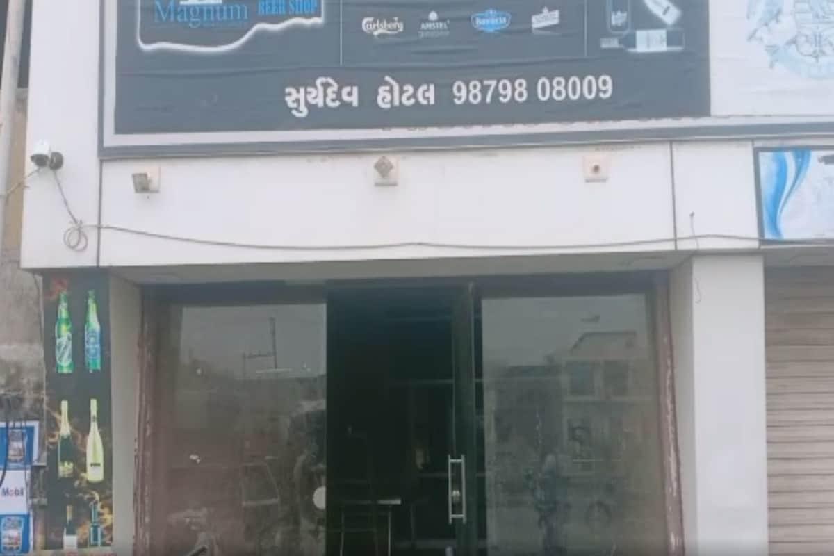 હાલ તો બી ડિવિઝન પોલીસ સમગ્ર મામલે કાર્યવાહી હાથ ધરી છે. પોલીસની પ્રાથમિક તપાસમાં જુના માર્કેટિંગ યાર્ડ પાછળ જશરાજનગરમાં રહેતા દિનેશભાઇ ફાંગલીયા (dinesh fangaliya) નામના યુવાન પર મોલડી ગામના રવિ ખાચર સહિત 6 શખ્સોએ છરીથી હુમલો કરી હત્યા કરી હોવાની બી ડિવિઝન પોલીસમાં ફરિયાદ નોંધાઇ છે. માર્કેટિંગ યાર્ડમાં માલ સામાન ખાલી કરવા આવેલા રવિ ખાચર અને તેના સાગરીતો યાર્ડમાં આવેલી ચામુંડા હોટલમાં નાસ્તો કરવા ગયા હતા. જે બાદ નાસ્તાના પૈસા આપવા બાબતે હોટલના માલિક અને રવિ ખાચરના સાગરિતો વચ્ચે બોલાચાલી થઈ હતી.