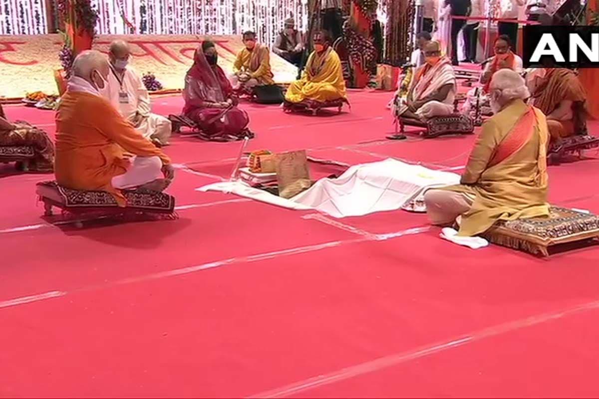 ગોરક્ષપીઠે 1934થી શરૂ કર્યો હતો સંઘર્ષ - નોંધનીય છે કે, રામ મંદિરને લઈ સંઘર્ષની ગોરક્ષપીઠના ત્રણ પેઢીઓની કહાણી 1934થી શરૂ થઈ અને ભૂમિ પૂજનની સાક્ષી બની છે. ભલે રામ જન્મભૂમિ પર ભગવાન રામના પ્રકટીકરણનો મામલો હોય, જ્યારે ગોરક્ષપીઠના તત્કાલીન મહંત દિગ્વિજય નાથ મહારાજ ઉપસ્થિત હતા કે પછી જ્યારે રામ મંદિરના તાળા ખોલવામાં આવ્યા.