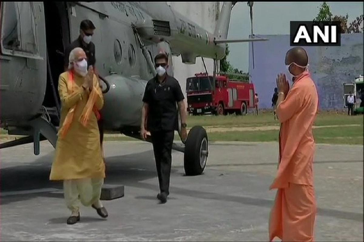 અયોધ્યા : ભગવાન શ્રીરામની નગરી અયોધ્યા (Ayodhya)માં આજે ભવ્ય રામ મંદિર (Ram mandir) ભૂમિ પૂજન (Bhumi Pujan) કાર્યક્રમ યોજાઇ રહ્યા છે. વડાપ્રધાન નરેન્દ્ર મોદી (PM Narendra Modi) હસ્તે બપોરે 12:44 વાગે ભૂમિ પૂજનનો કાર્યક્રમ યોજાશે. ત્યારે આ કાર્યક્રમમાં 175 લોકોને જ આમંત્રણ આપવામાં આવ્યું છે. ત્યારે કાર્યક્રમની શરૂઆત થતા જ આ જાણીતા નેતા અને સાધુ સંતો કાર્યક્રમ સ્થળે પહોંચ્યા હતા.