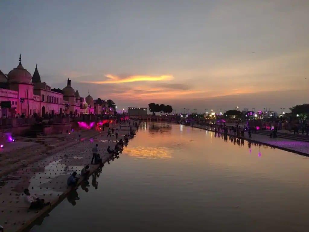 સંધ્યા આરતીની સાથે જ પ્રભુ શ્રીરામના ભજનો વાગવા લાગ્યા હતા. અને જય શ્રી રામની ગૂંજ અને હનુમાન ચાલીસા તથા સુંદરકાંડના પાઠ ચાલી રહ્યા હતા.