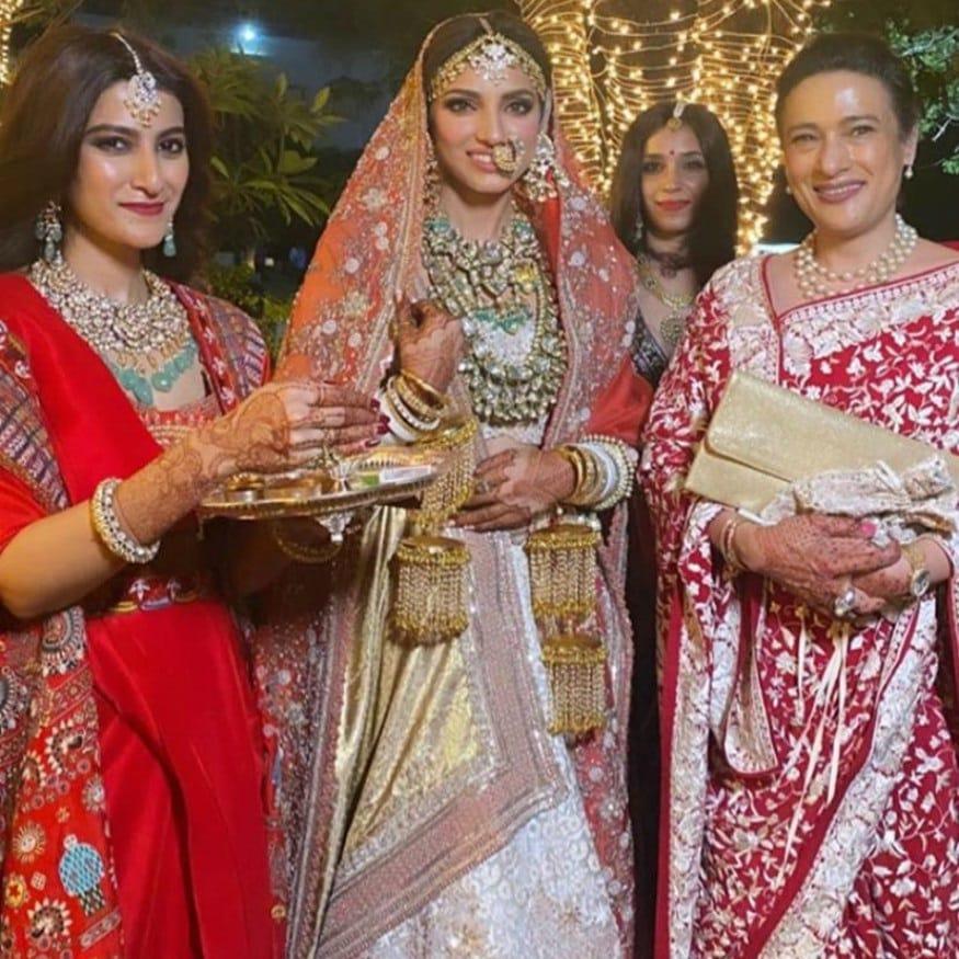લગ્ન વિધિમાં મિહિકા તેનાં પરિવારની સાથે (PHOTO: INSTAGRAM)