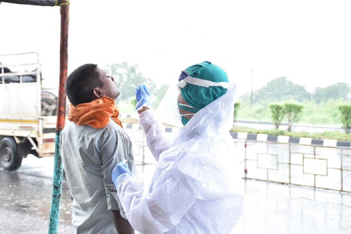 પ્રજ્ઞેશ વ્યાસ, સુરતઃ સુરત સહિત દેશભરમાં ધીમે ધીમે છુટછાટો સાથે ઉદ્યોગો ધમધમતા થઈ રહ્યા છે. આ ઉદ્યોગોમાં સુરત બહાર ઉપરાંત અન્ય પ્રાંતમાંથી મોટી સખ્યામાં શ્રમિકો સુરત આવી રહ્યા છે. હાલ સુરતના કોરોનાનું (coronavirus) સંક્રમણ કાબુમાં છે. આવા સમયે ફરીથી કોરોનાનું સંક્રમણ વધુ ન થાય તેમજ શહેરમાં કોરોના વાયરસના સંક્રમણને નિયત્રિત કરવાં માટે બહારથી સુરતમાં પ્રવેશ (surat entry) કરતા લોકો માટે સુરત મહાનગરપાલિકા (SMC) દ્વારા શહેરના પ્રવેશદ્વાર કામરેજ વિસ્તારના વાલક ચાર રસ્તા તેમજ પલસાણા ભાટિયા ચાર રસ્તા પર કોરોના રેપીડ ટેસ્ટ સેન્ટર ઉભા કરવામાં આવ્યા છે.