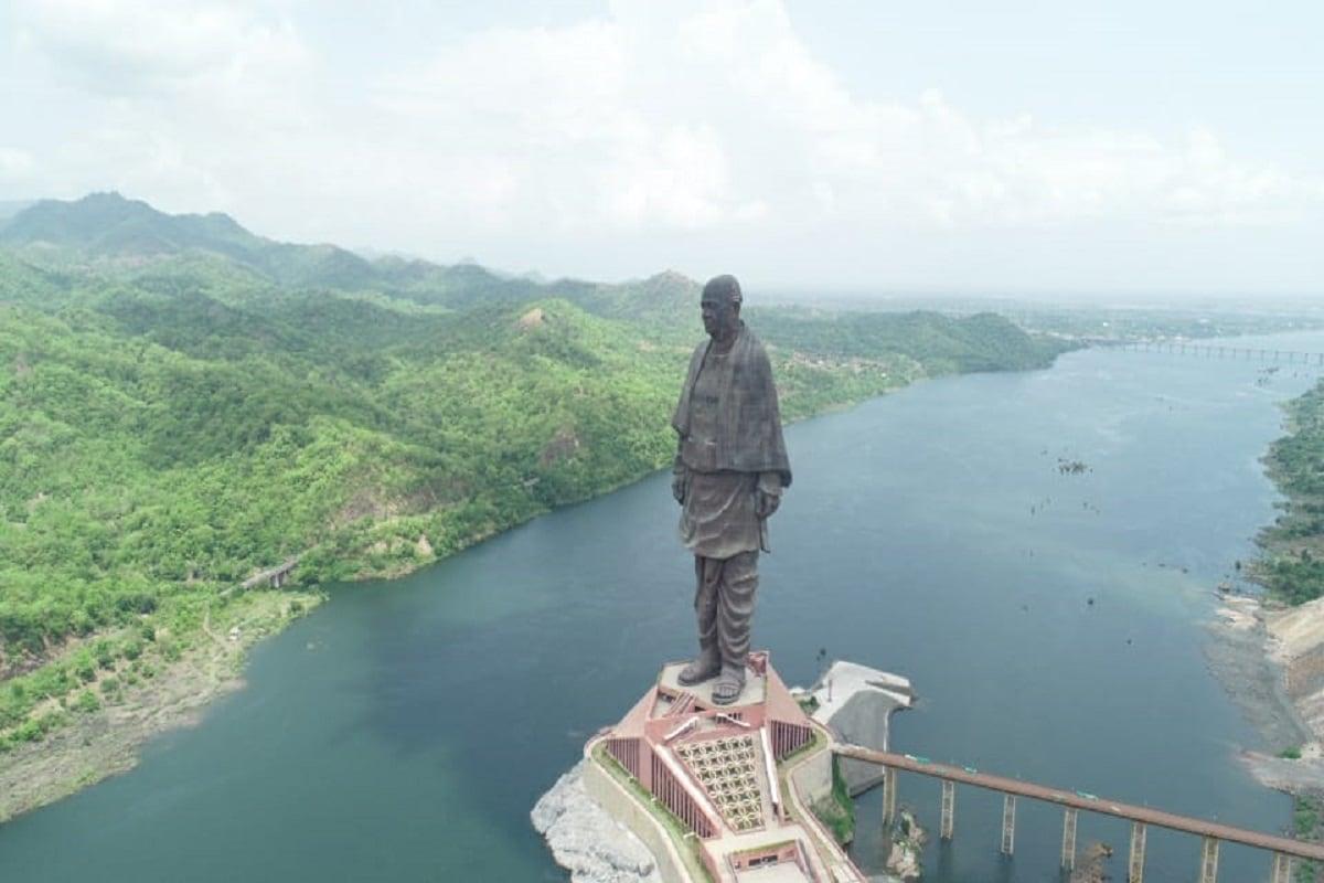 દિપક પટેલ, નર્મદા : વિશ્વની સૌથી ઊંચી પ્રતિમા સ્ટેચ્યૂ ઓફ યુનિટીના (statue of unity) લોકાર્પણને 31મી ઓક્ટોબર 2020ના રોજ 3 વર્ષ પૂર્ણ થશે. દર વર્ષે દેશભરમાં 31મી ઓક્ટોબરે રાષ્ટ્રીય એકતા દિવસની ઉજવણી કરાય છે. આગામી 31મી ઓક્ટોબર 2020ના રોજ કેવડિયા ખાતે વડાપ્રધાન નરેન્દ્ર મોદીની (PM Narendra Modi) ઉપસ્થિતમાં રાષ્ટ્રીય એકતા દિવસની ઉજવણી સાદગી પૂર્વક થવાની છે. જેની મેરોથોન મિટીંગો શરૂ થઈ ગઈ છે. આગામી 19 ઓગસ્ટનાં રોજ ગુજરાતના મુખ્ય સચિવની અધ્યક્ષતામાં એક મિટિંગ ઉચ્ચસ્તરીય બેઠક પણ યોજાશે.
