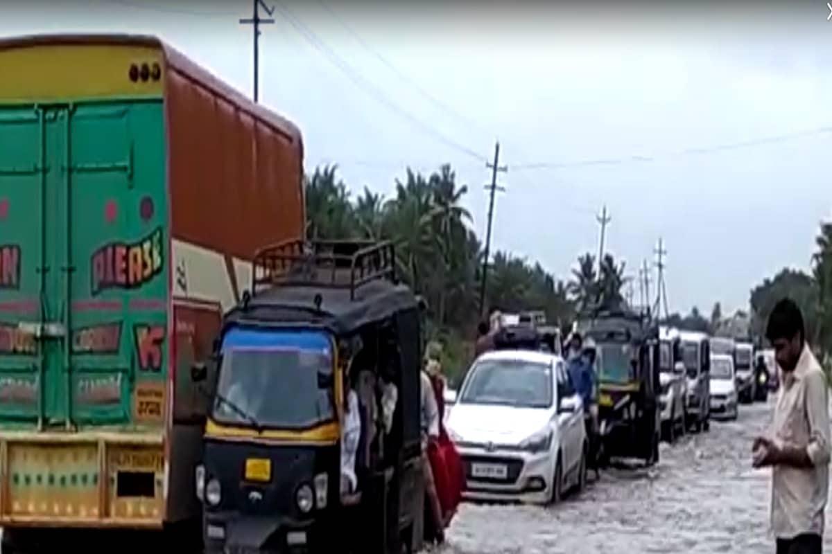 ગીર સોમનાથ : રાજ્યમાં (gujarat) ચોમાસાએ ધમાકેદાર બેટિંગ બોલાવી છે. દરમિયાન 24મી ઑગસ્ટે (24 August gujarat rains) રાજ્યમાં સૌરાષ્ટ્રમાં સાંબેલાધાર વરસાદ ખાબક્યો છે. આ વરસાદના કારણે ગીરસોમનાથ જિલ્લાનો સોમથના-પ્રાચીતીર્થ રોડ બંધ થઈ ગયો હતો. સોમનાથ-ભાવનગર નેશનલ હાઇવે પર કપિલા નદીના પાણી ફરી વળતા જળબંબાકારની સ્થિતિ સર્જાઈ હતી.