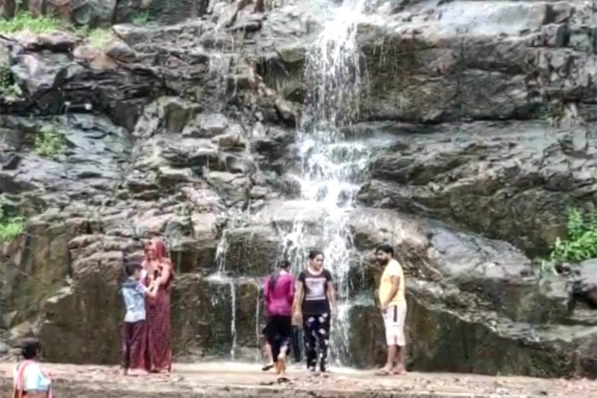 અરવલ્લી : જિલ્લા (Aravalli District Rain)માં છેલ્લા 24 કલાકમાં સાર્વત્રિક વરસાદ પડ્યો હતો. વરસાદને પગલે ભિલોડાનો સુનસર ધોધ (Sunsar Waterfall Bhiloda) જીવંત થયો છે. ધોધમાથી ખડખડ પાણી વહેતુ થતાં સહેલાણી (Tourist)ઓ જોવા માટે ઉમટી પડ્યા હતા. રાત્રી દરમિયાન આ વિસ્તારમાં ભારે વરસાદ પડ્યો હોવાથી ધોધ જીવંત થયો છે. સુનસર ધોધ ભારતમાતા મંદિર (Bharatmata Temple)પાસે આવેલો છે. ભિલોડાનો આ ખૂબ જ પ્રચલિત ધોધ છે. દર વર્ષે ધોધ જીવંત થતા જ સહેલાણીઓ અહીં ઉમટી પડતા હોય છે. આજે સવારે ધોધ જીવંત થયાનું જાણીને લોકો ધોધને જોવા માટે પહોંચી ગયા હતા.