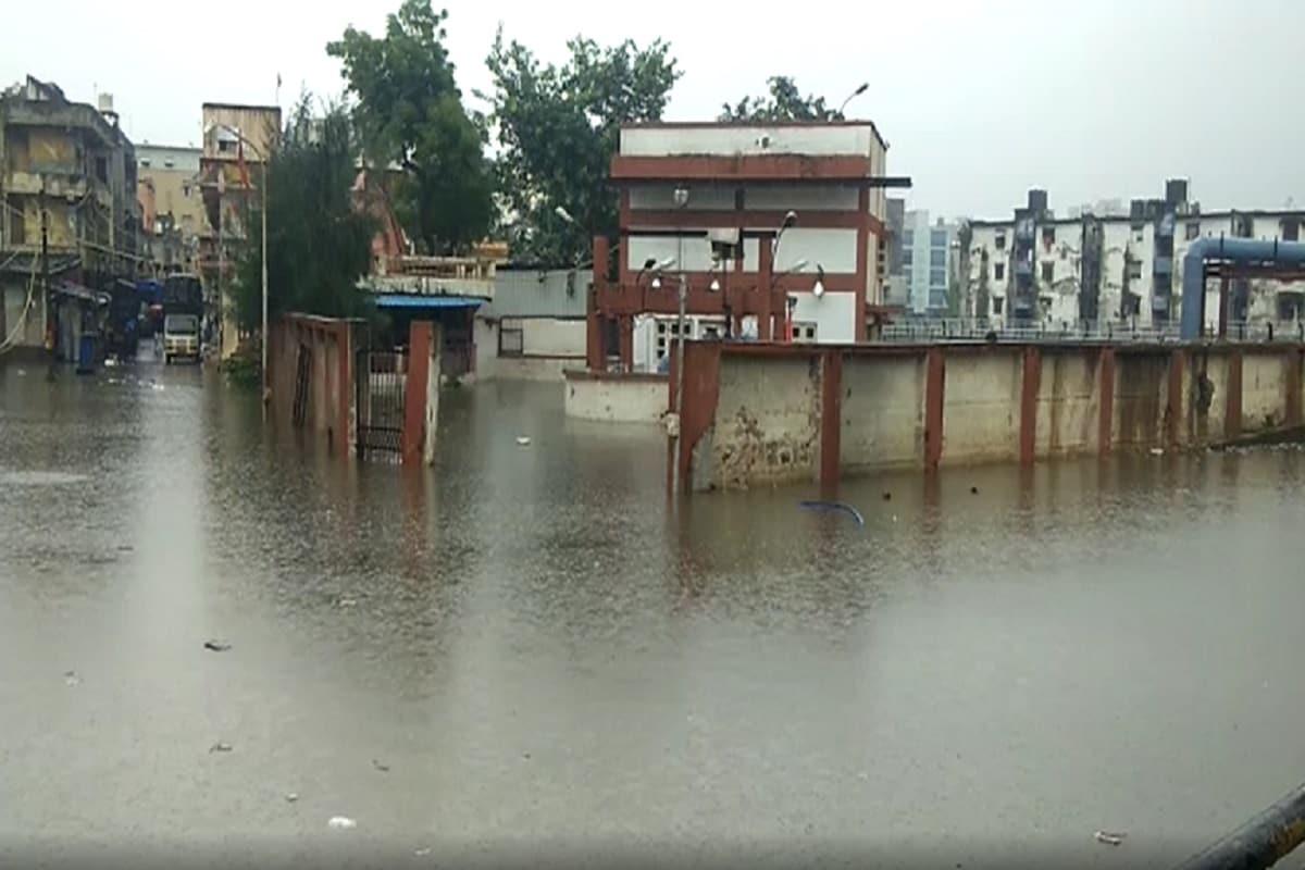 પ્રજ્ઞેશ વ્યાસ, સુરત: સમગ્ર ગુજરાતમાં આગામી 5 દિવસ માટે ભારે વરસાદની આગાહી હવામાન વિભાગ દ્વારા કરવામાં આવી છે. surat શહેરમાં મંગળવારે સાંજથી જામેલો વરસાદ આજે બુધવારે પણ યથાવત રહ્યો છે. બુધવારે સવારથી જ શહેરમાં આ લખાઈ રહ્યું છે ત્યાં સુધીમાં સતત હળવા-ભારે ઝાપટા પડી રહ્યા છે.