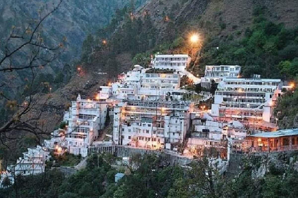 જમ્મુ કાશ્મીર (Jammu Kashmir)ના ત્રિકુટા પર્વતો પર આવેલ માતા વૈષ્ણો દેવી મંદિર (Shri Mata Vaishno Devi Yatra)ના દ્વાર શ્રદ્ધાળુઓ માટે ફરીથી ખોલવામાં આવ્યા છે. કોરોના વાયરસના કારણે લગભગ 5 મહિનાથી મંદિર બંધ રહ્યું હતું. જે પછી રવિવાર સવારથી માતાના મંદિરો સમેત ધાર્મિક સ્થળો ખોલવામાં આવ્યા હતા. પણ કોરોના વાયરસના કારણે 5 મહિના પછી ખોલવામાં આવેલા આ મંદિરમાં ધણું બધું બદલાઇ ગયું છે. પહેલાની જેમ ના તો હવે પંડિતજી ગુફાની અંદર તિલક લગાવે છે ના જ હજી આસપાસની દુકાનો ખુલી છે.