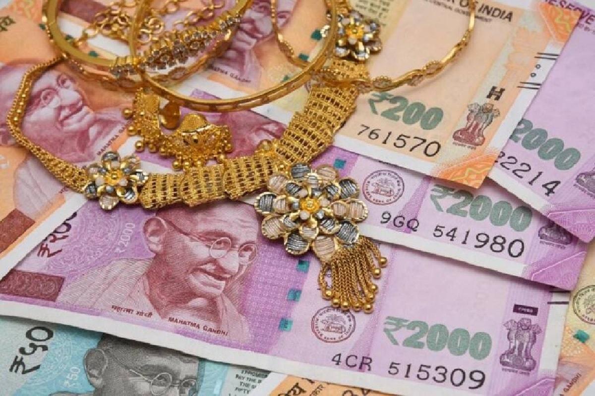 કોરોના મહામારીના વધતા પ્રકોપના કારણે આરબીઆઇ (Reserve Bank of India)એ બેંકના ગ્રાહકોને ધ્યાનમાં રાખીને અનેક મોટો નિર્ણયોમાં બદલાવ લીધો છે. આ બદલાવમાં ચેક પેમેન્ટ, ઓનલાઇન પેમેન્ટ અને ગોલ્ડ લૉનને લઇને ફેરફાર કરવામાં આવ્યા છે. હવે ગોલ્ડ લોન મામલે RBI એ ગોલ્ડ ઝ્વેલરી પર દેવાની વેલ્યુ (Gold to Loan Value)ને વધારી દીધી છે. હવે ગોલ્ડ પર 90 ટકા સુધી દેવું મળી શકશે. હજી સુધી સોનાની વેલ્યુ પર 75 ટકા જ લોન મળતી હતી. તમે જ્યારે બેંક કે નોન બેકિંગ ફાઇનેંસ કંપનીમાં ગોલ્ડ લોન માટે આવેદન ભરો છો ત્યારે તે પહેલા સોનાની ગુણવત્તા તપાસે છે. સોનાની ગુણવત્તાના હિસાબે જ લોનની રાશિ નક્કી થાય છે. સામાન્ય રીતે સોનાના મૂલ્ય પર 75 ટકા સુધી લોન આપવામાં આવતી હતી.