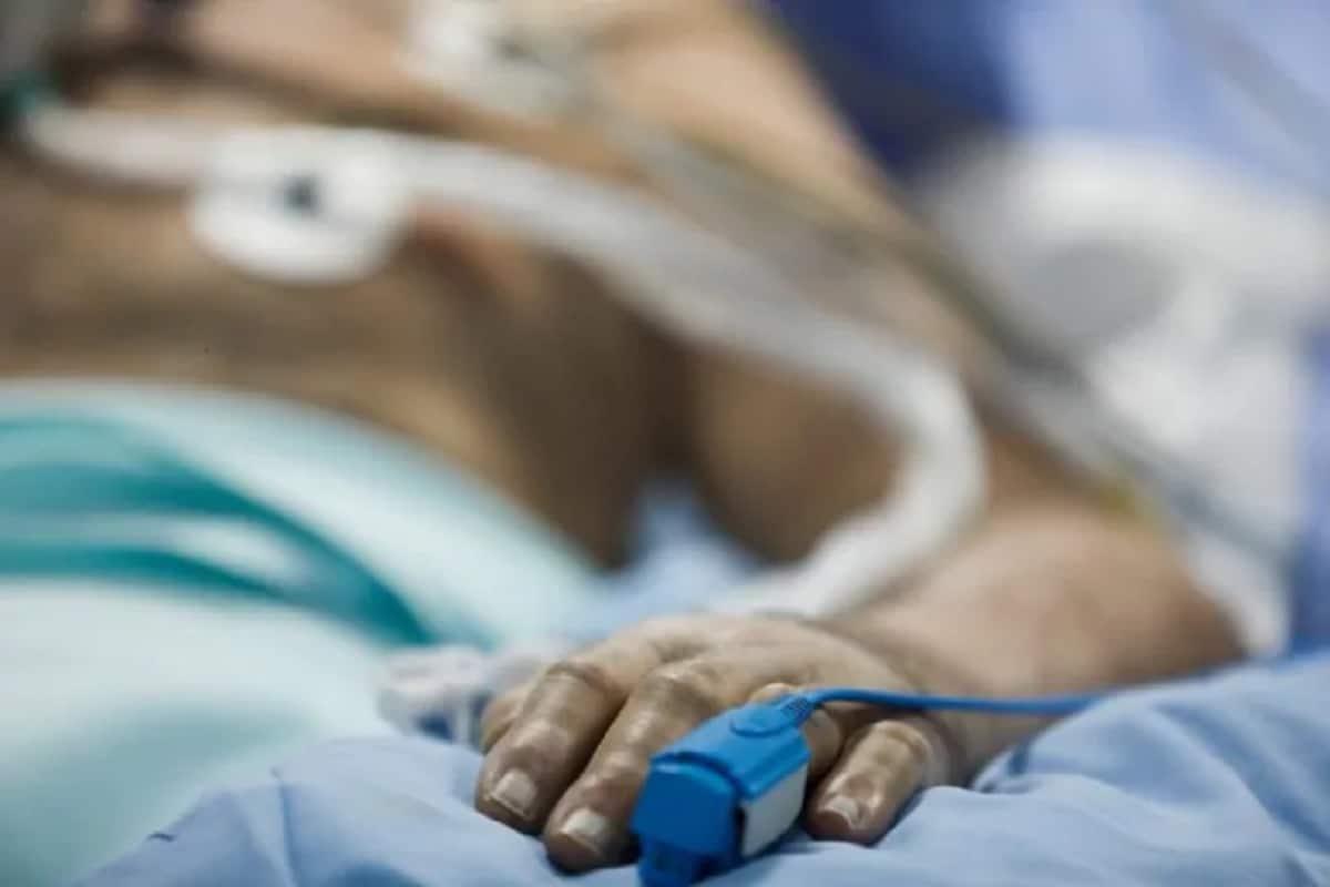હરિન માત્રાવાડિયા, રાજકોટઃ અમદાવાદની ખાનગી કોવિડ હોસ્પિટલમાં (shrey hospital) આગની દુર્ઘટના (Fire accident) બાદ આઠ લોકોના મૃત્યુ થયા છે. ત્યારે રાજકોટની કોરોના હોસ્પિટલમાં પણ (Rajkot corona hospital) ફાયર સેફટીને (Fire Safety) લઈ ચેકીંગ હાથ ધરાયુ છે. રાજકોટ શહેરમાં કુલ 14 કોરોના હોસ્પિટલ (covid-19 hospital) આવેલી છે. જેમાંથી 5 હોસ્પિટલો દ્વારા જ એનઓસી લેવામાં આવી છે અન્ય 9 જેટલી હોસ્પિટલ દ્વારા એનઓસી લેવામાં આવી નથી એટલેકે ફાયર સેફટીના સાધનો હોસ્પિટલોમાં નથી.
