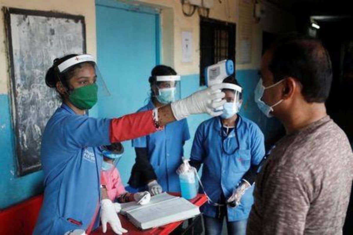 નવી દિલ્હીઃ દેશમાં કોરોના વાયરસ (Coronavirus) સંક્રમણનો કહેરે કાબૂમાં આવવાનું નામ નથી લઈ રહ્યો. સ્વાસ્થ્ય મંત્રાલયે ગુરુવાર સવારે જાહેર કરેલા આંકડાઓ મુજબ, ભારતમાં 24 કલાકમાં કોરોનાના નવા 66,999 પોઝિટિવ કેસો નોંધાયા છે અને 942 દર્દીઓએ પોતાના જીવ ગુમાવ્યા છે. ભારતમાં કુલ સંક્રમિતોની સંખ્યા 23,96,638એ પહોંચી ગઈ છે. (તસવીરઃ PTI)
