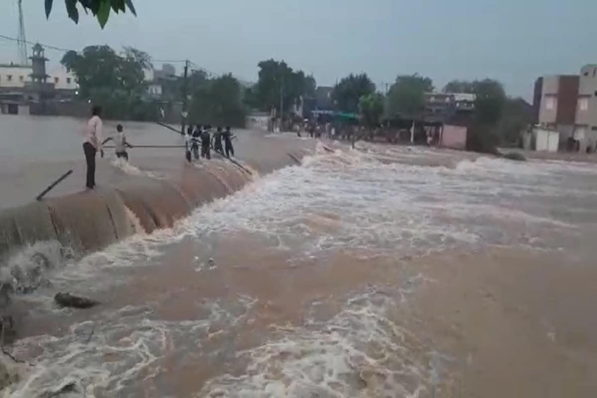રાજ્યમાં 24 કલાકમાં વરસાદનું જોર ઘટ્યું છે. આંકડા પ્રમાણે વાત કરીએ તો ગુજરાતનાં 39 તાલુકામાં વરસાદ વરસ્યો હતો. જેમા સૌથી વધુ બનાસકાંઠાના અમીરગઢમાં 1.36 ઇંચ વરસાદ નોંધાયો છે. જ્યારે સાબરકાંઠાના પોશીનામાં 1.12 ઇંચ, કચ્છનાં રાપરમાં 1.11 ઇંચ, અને ભાવનગરનાં તળાજામાં એક ઇંચ વરસાદ નોંધાયો છે. આ સાથે અમદાવાદ શહેરમાં 19 એમએમ વરસાદ નોંધાયો છે. હવામાન વિભાગની આગાહી પ્રમાણે હવે બંગાળની ખાડી (Bay of Bengal)માં જે લૉ પ્રેશર (Low Pressure) સર્જાયા બાદ સિસ્ટમ બની હતી તે પાકિસ્તાન (Pakistan) તરફ ફંટાઈ ગઈ છે. જેના પગલે હવે આગામી પાંચ દિવસ સુધી ભારે વરસાદ (Heavy Rain)ની શક્યતા નથી. આ સમાચારથી ખેડૂતોએ હાશકારો અનુભવ્યો છે.