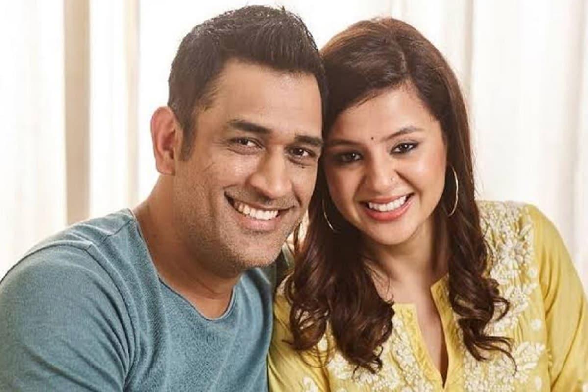 નવી દિલ્હીઃ મહેન્દ્ર સિંહ ધોનીએ આંતરરાષ્ટ્રીય ક્રિકેટને અલવિદા કહ્યું છે. શનિવારે સાંજે ઈસ્ટાગ્રામ પોસ્ટ થકી ધોનીએ સંન્યાસની જાહેરાત કરી હતી. જોકે, તેઓ આઈપીએલમાં રમતા દેખાશે. માહીની પત્ની સાક્ષીએ શનિવારે બે ઈસ્ટાગ્રામ પોસ્ટ કરી હતી. જેમાં તેમણે મેજર મિસિંગ લખ્યું હતું. એવો કયાસ લગાવવામાં આવી રહ્યો છે કે સાક્ષીએ સત્તાવાર જાહેરાતના થોડા સમય પહેલા સન્યાસનો સંકેત આપ્યો હતો.