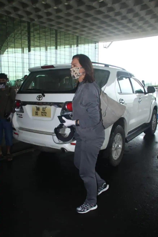 પોતાની ફિલ્મ બેલ બૉટમની શૂટિંગ માટે વિદેશ જવા એરપોર્ટ પર પહોંચી અભિનેત્રી લારા દત્તા (Image: Viral Bhayani)