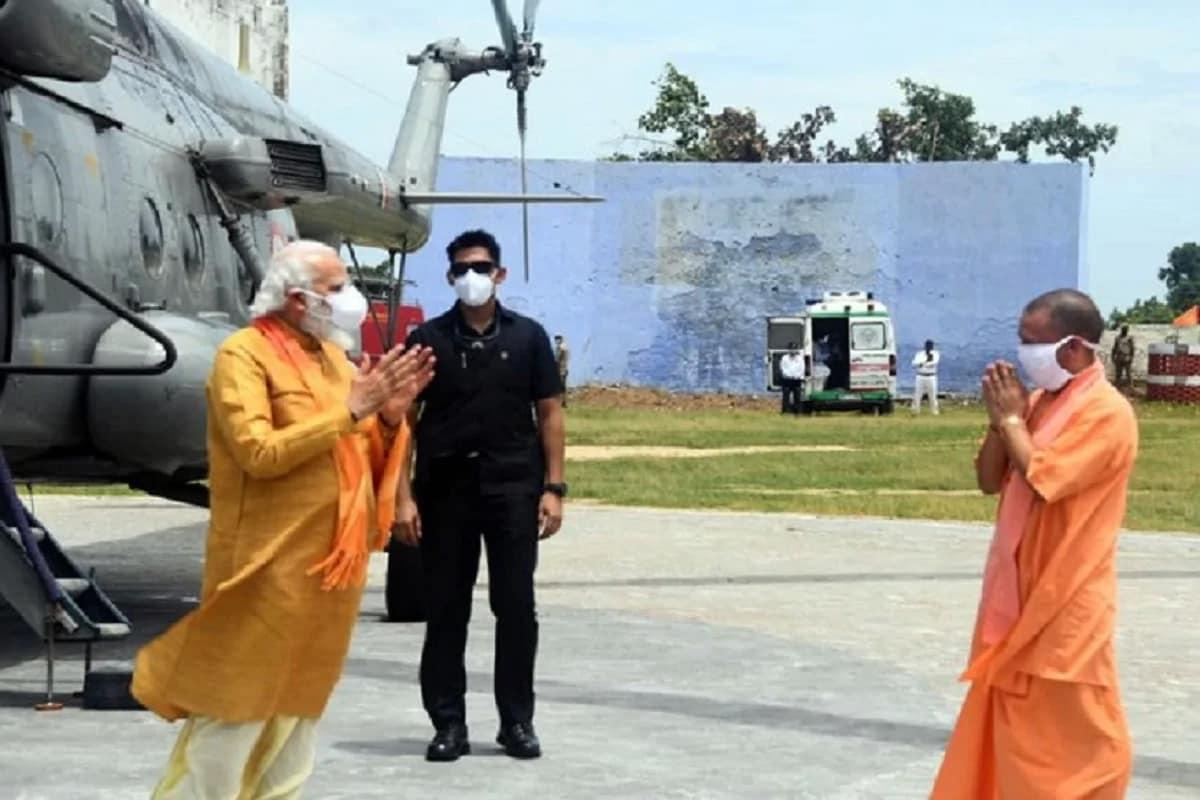 અજિત સિંહ, લખનઉ/અયોધ્યાઃ અયોધ્યામાં રામ મંદિર (Ram Mandir)ના ભૂમિ પૂજન બુધવારે વડાપ્રધાન નરેન્દ્ર મોદી (PM Narendra Modi)ની આગેવાનીમાં સંપન્ન થઈ થયું. ભૂમિ પૂજન બાદ અયોધ્યા સહિત સમગ્ર દેશમાં દિવાળી જેવો માહોલ રહ્યો. દરેક સ્થળેથી ઉજવણીની તસવીરો સામે આવી. રામ મંદિર નિર્માણ અને તેના આંદોલન સાથે ઉત્તર પ્રદેશના મુખ્યમંત્રી યોગી આદિત્યનાથ (PM Narendra Modi)નો વ્યક્તિગત સંબંધ રહ્યો છે. તેઓ જે ગોરક્ષપીઠના મહંત છે, તેનું રામ મંદિર આંદોલનમાં પેઢીઓથી યોગદાન રહ્યું છે. આ જ કારણ છે કે વડાપ્રધાન નરેન્દ્ર મોદીએ પણ અયોધ્યા પહોંચીને ગોરક્ષપીઠને યાદ કર્યું.