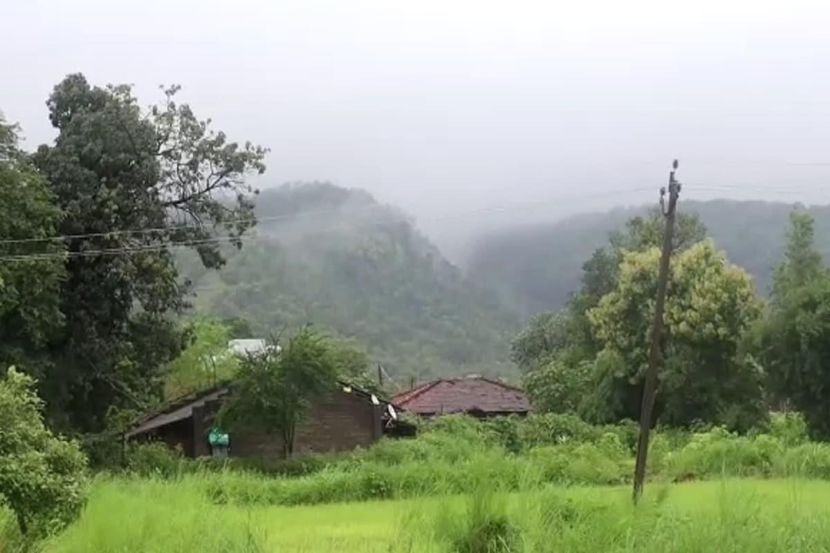 સોનગઢનો ચીમેર ધોધ સોળે કળાએ ખીલ્યો ઉઠ્યો છે. જેના કારણે રમણીય નજારો જોવા મળ્યો છે.