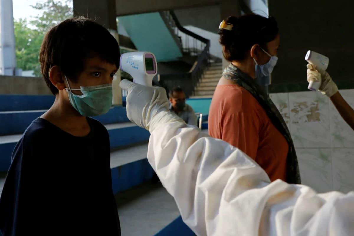 કિર્તેશ પટેલ, સુરતઃ શહેર સહિત જીલ્લામાં જન્માષ્ટમીના દિવસે (Janmasthami) ફરીથી કોરોના વાયરસના (coronavirus) કેસોમાં વધારો દેખાયો હતો. બુધવારે સુરત શહેરમાં 272 કેસો નોîધાયા હતા. ગુરૂવારે બપોર સુધી 108 કેસો નોધાયા છે. જયારે કોરોનાથી બે ના મોત નિપજ્યા છે. આ સાથે સુરતમાં 16,550 કેસો નોધાઇ ચુકયા છે. મૃત્યુઆંક 712 થયો છે. તેની સામે અત્યાર સુધી 12,545 લોકો સાજા થઇ ઘરે પરત ફર્યા છે.