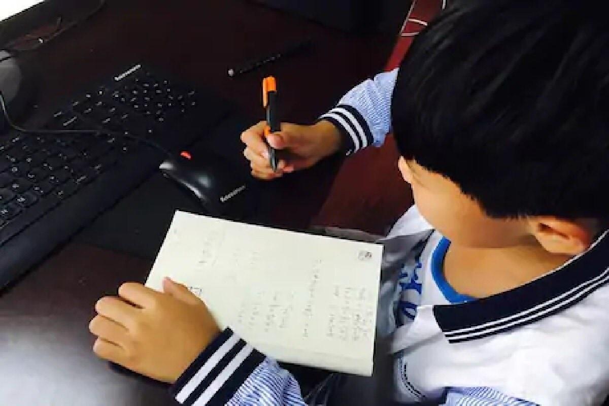 ઓનલાઇન ક્લાસને લઇને બાળકોના વાલીઓ પણ પરેશાન છે. નેત્રરોગના જાણકારોનું માનવું છે કે સ્ક્રીન પર સમય વ્યતિત કરતા બાળકોએ ખાસ કેટલીક વાતોનું ધ્યાન રાખવું જોઇએ જેથી તેના દુષ્પ્રભાવથી બચી શકાય.
