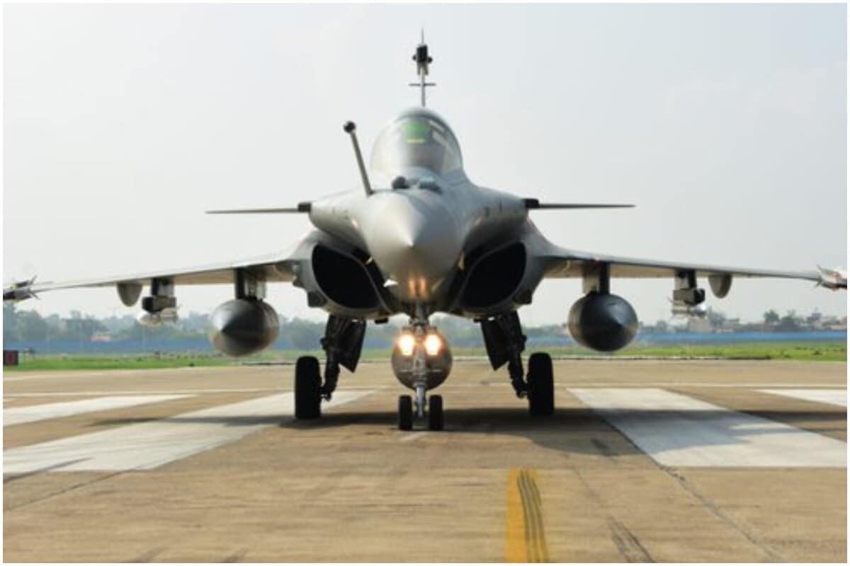 પાકિસ્તાન (Pakistan) અને ચીનની (China) ખરાબ દાનતને જોતા ભારતીય વાયુસેના (Indian Air Force) એ લગભગ દોઢ વર્ષ પહેલા જ વેસ્ટર્ન ફ્રંટ એટલે કે પશ્ચિમી મોર્ચાને મજબૂત કરવાનું પ્લાનિંગ શરૂ કરી દીધું હતું. આ કારણે જ પૂર્વ લદાખમાં ચીનની સાથે તણાવ ભરેલી સ્થિતિ હોવા છતાં વાયુસેના કોઇ પણ સ્થિતિને પહોંચી વળવા માટે તૈયાર છે. ચીનની પીપુલ્સ લિબરેશન આર્મી હોય કે પાકનું વાયુ સેના બંને પરિસ્થિતિમાં ભારતીય વાયુ સેનાનું માથુ હંમેશાની જેમ ઊંચું રહે તે માટે વાયુસેનાની તૈયારી વિષે વધુ જાણો.