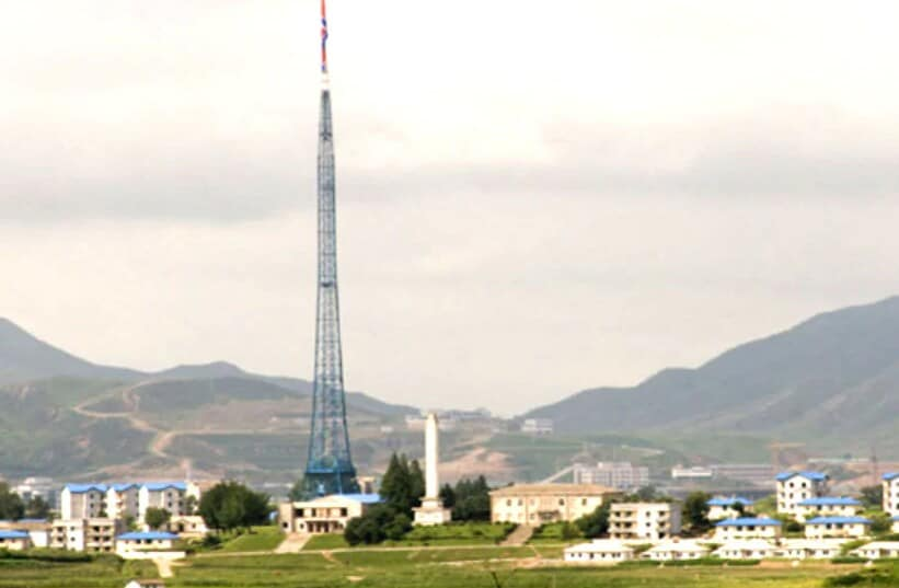 ઉત્તર કોરિયા (North Korea)ની સીમા પર એક ગામ છે જેનું નામ છે કિજોંગ ડાંગ (Kijong Dong)દૂરથી દેખવા પર તે સામાન્ય ગામ લાગે છે. પણ આ ખરેખરમાં એક નકલી શહેર ચે. શહેરમાં તમામ બિલ્ડિંગ પર એક જ રંગ છે અને તે તમામને બ્લુ રંગની છત રંગવામાં આવ્યો છે. અહીં ના કદી કોઇ માણસ દેખાય છે. ના કોઇ પડદા ખૂલ્યા બંધ, ના જ કોઇના ઘરની બહાર કપડા સૂકાતા દેખાય છે. બસ દિવસે તમામ ઘરોની લાઇટ બંધ થાય છે અને રાતે ચાલુ રહે છે. નોર્થ કોરિયાએ આ વ્યૂહાત્મક કારણેથી બનાવ્યું હોવાનું માનવામાં આવે છે. માટે જ આ શહેરને પણ ગોસ્ટ ટાઉન કહે છે. સાંકેતિક ફોટો (Photo-pixabay)