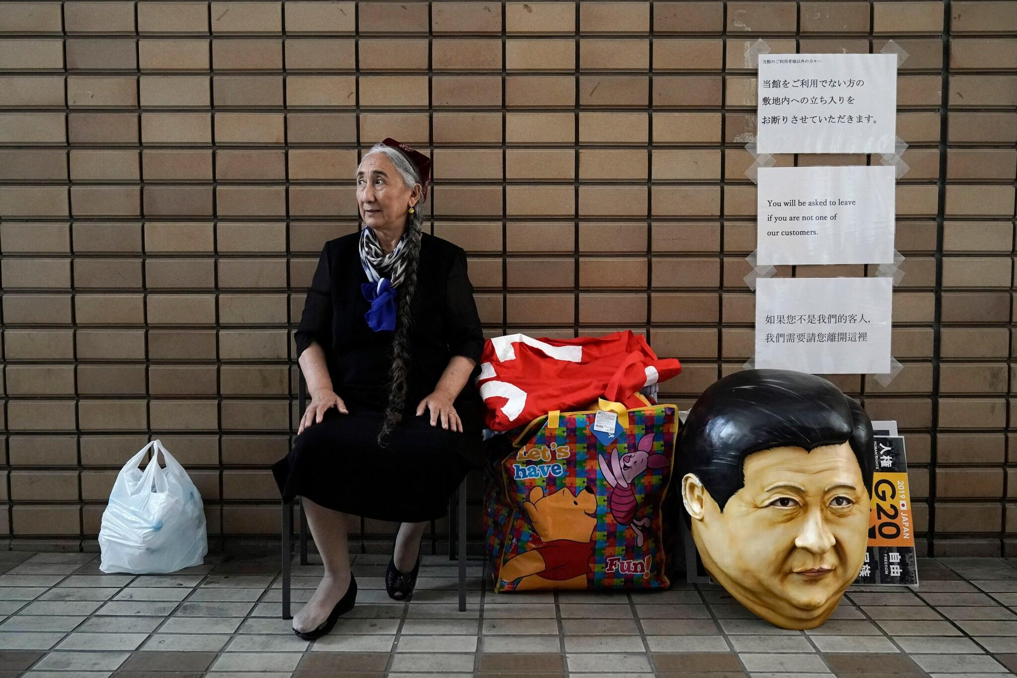 ચીનમાં 2003માં થયેલી જનગણના મુજબ ઉયગર મુસ્લિમોની વસ્તી 90 લાખની આસપાસ છે. જ્યારે અનુમાન છે કે તેમની વસ્તી આનાથી અનેક ધણી વધુ છે. ઉયગર મુસ્લિમો ચીનના 55 અલ્પસંખ્યક સમુદાયોમાં પાંચમો સૌથી મોટો સમુદાય છે. ચીનની સરકાર પર આરોપ લાગતા રહે છે કે તે ઉયગર મુસ્લિમોની સભ્યતાને નાબૂદ કરવાનો પૂરજોશથી પ્રયાસ કરી રહ્યો છે. એટલું જ નહીં તેમના વસ્તી નિયંત્રણ માટે તેમને જબરન ગર્ભનિરોધક અને અબોર્શન પણ કરાવી રહ્યો છે. ફોટો પીટીઆઇ