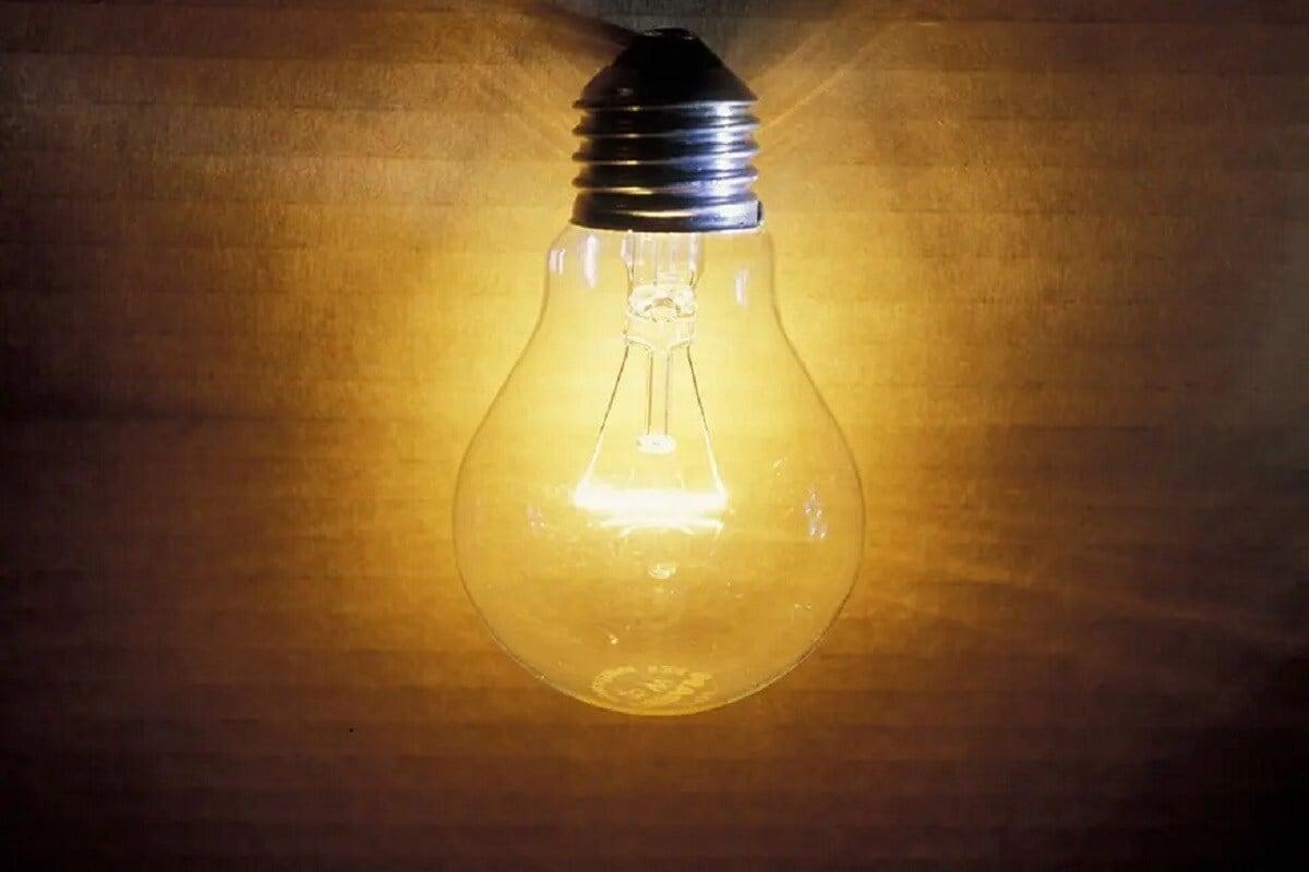 નવી દિલ્હી: કેન્દ્ર સરકાર (Government of India) હવે પાવર સેક્ટરને લઇને મોટું પગલું ઉઠાવવા જઈ રહી છે. આ સાથે દેશમાં પ્રથમ વખત વીજળી ગ્રાહકોને નવા અધિકાર પણ મળશે. આ માટે પાવર મંત્રાલયે ઇલેક્ટ્રિસિટી રુલ્સ, 2020 ( Electricity (Rights of Consumers) Rules, 2020) અંગે રાજ્ય સરકારો પાસેથી અભિપ્રાય મંગાવ્યા છે.