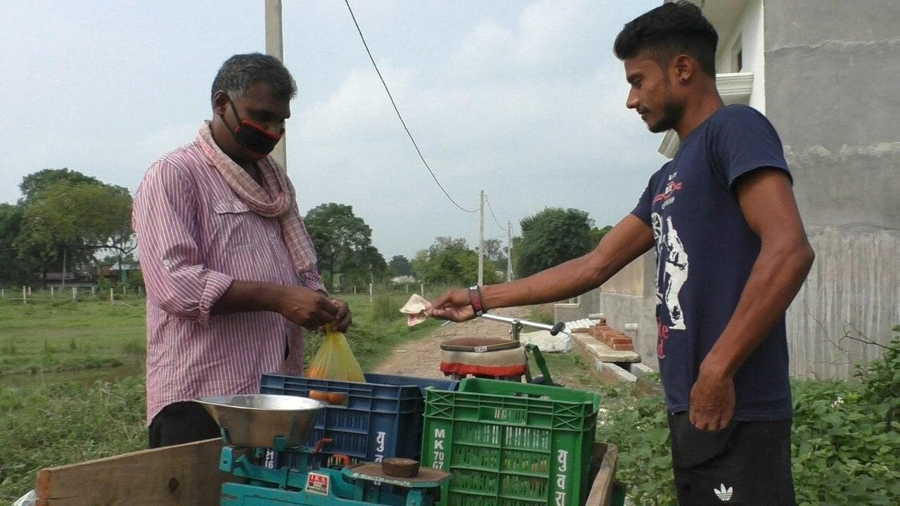 રામવૃક્ષે કહ્યું કે મુંબઇમાં તેમનું પોતાનું મકાન છે. પણ બે વર્ષે પહેલા બિમારીના કારણે તેમનો પરિવાર ઘરે આવ્યો. થોડા સમય પહેલા એક ફિલ્મની રેકી કરવા તે આજમગઢ આવ્યા. કામ કરી જ રહ્યા હતા કે કોરોના સંક્રમણના કારણે લોકડાઉન થઇ ગયું. અને તે ઘરે પાછા ન જઇ શક્યા. કામ બંધ થતા જ તેમના પર મોટું આર્થિક સંકટ આવી ગયું.
