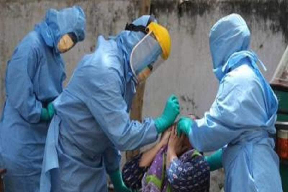 અમદાવાદ : રાજ્યમાં (Gujarat)કોરોના વાયરસના (Coronavirus)ના કેસમાં વધારો યથાવત્ રહ્યો છે. છેલ્લા 24 કલાકમાં ગુજરાતમાં કોરોના વાયરસના 1408 નવા કેસ નોંધાયા છે. જેની સામે 1510 દર્દીઓ સાજા થયા છે. છેલ્લા 24 કલાકમાં રાજ્યમાં કોવિડ-19 (Covid19)ના કારણે 14 દર્દીઓના મોત થયા છે. રાજ્યમાં કુલ મૃત્યુઆંક 3384 થયો છે. 24 કલાકમાં સૌથી વધુ સુરતમાં (SURAT Coronavirus updates) 278 કેસ નોંધાયા છે. રાજ્યમાં કોરોનાના કુલ કેસ 128449 છે. જેમાંથી એક્ટિવ કેસ 16,354 છે. આજે રાજ્યમાં કુલ 61,904 ટેસ્ટ કરવામાં આવ્યા છે. રાજ્યમાં સાજો થવાનો દર 84.69 ટકા છે. (પ્રતિકાત્મક તસવીર)