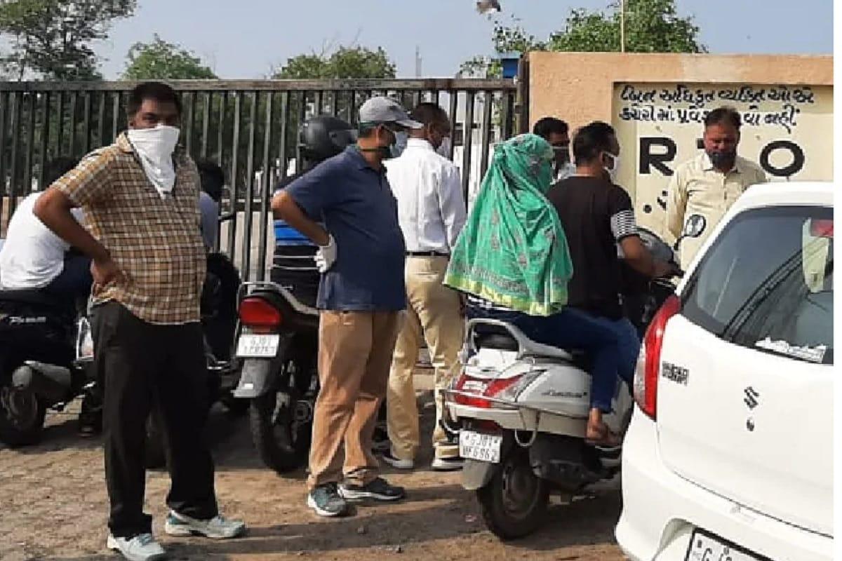 હર્મેશ સુખડિયા, અમદાવાદ: આમ તો સરકારી નીતિઓના કારણે ગુજરાતીઓના માથે કરોડો રૂપિયાનું દેવું તો છે જ પરંતુ અમદાવાદીઓએ પોતે કરેલી ભૂલના કારણે પણ ભારે દેવાના બોજ હેઠળ જીવી રહ્યા છે. અમદાવાદીઓના માથે માત્ર ટ્રાફિક વિભાગનું (Ahmedabad Traffic Fines Due) જ 112 કરોડનું દેવું હોવાનું સામે આવ્યું છે. ટ્રાફિક વિભાગ દ્વારા કરોડો રૂપિયાના મેમો બનાવી દીધા છે પરંતુ અમદાવાદીઓ એ દેવું ભરવામાં નીરસ હોવાનું સામે આવ્યું છે. શહેરમાં અધ્યાધુનીક ટેકનોલોજી વિકસાવવાનું આયોજન થયું હતું. જેના ભાગ રૂપે શહેરના અનેક સ્થળો પર સીસીટીવી કેમેરા લગાવવામાં આવ્યા હતા. જેના આધારે ઈ ચલણ બનાવવની શરૂઆત વર્ષ 2015 માં કરવામાં આવી હતી. પ્રતિકાત્મક તસવીર