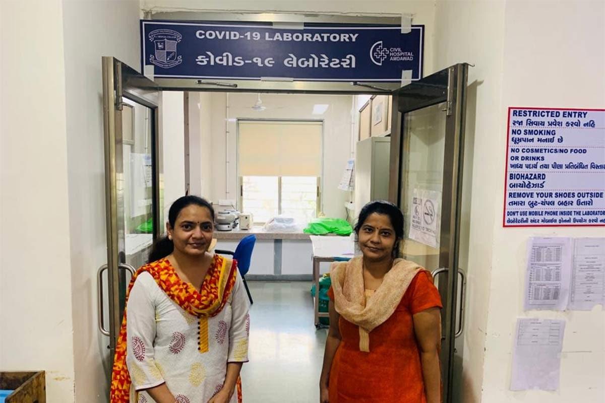 સંજય જોશી, અમદાવાદ: સિવિલ હૉસ્પિટલ (Ahmedabad Civil Hospital) સંકુલમાં આવેલી 1200 બેડની હૉસ્પિટલ આજે અનેક દર્દીઓ માટે જીવન સંજીવની પુરવાર થઈ છે.આ હૉસ્પિટલમાં અનેક તબીબો, નર્સ, પેરા મેડિકલ સ્ટાફ 24x7 કાર્યરત રહે છે, પરંતુ સિવિલ હૉસ્પિટલ સંકુલમાં આવેલી બી.જે. મેડિકલ કૉલેજ (B.J. Medical College)ની માઈક્રો બાયોલોજી લેબોરેટરી પણ સતત 24 કલાક કાર્યરત રહે છે, એટલું જ નહીં, અહીં દિવસ-રાત શહેરીજનો ઉપરાંત રાજ્યભરમાંથી આવતા દર્દીઓનાં સેમ્પલ ટેસ્ટ થાય છે. અત્યાર સુધી અહીં કુલ 1.04 લાખથી વધુ ટેસ્ટ કરાયા છે.માઈક્રો બાયોલોજી ડિપાર્ટમેન્ટના એસોશિએટ પ્રૉફેસર ડૉ. સુમિતા સોની કહે છે કે, આ લેબોરેટરી ૮મી ફેબ્રુઆરીથી સતત કાર્યરત છે. એક પણ રજા લીધા વગર સ્ટાફ દિવસ-રાત કામ કરતો રહ્યો છે. એટલે જ અત્યાર સુધીમાં 1,04,000થી વધુ ટેસ્ટ કરી શકાયા છે.