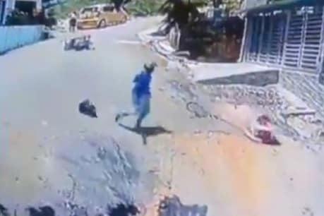 બાઇક ચાલક બન્યો 'સુપરમેન', જીવના જોખમે બાળકને બચાવ્યો, Video થયો Viral