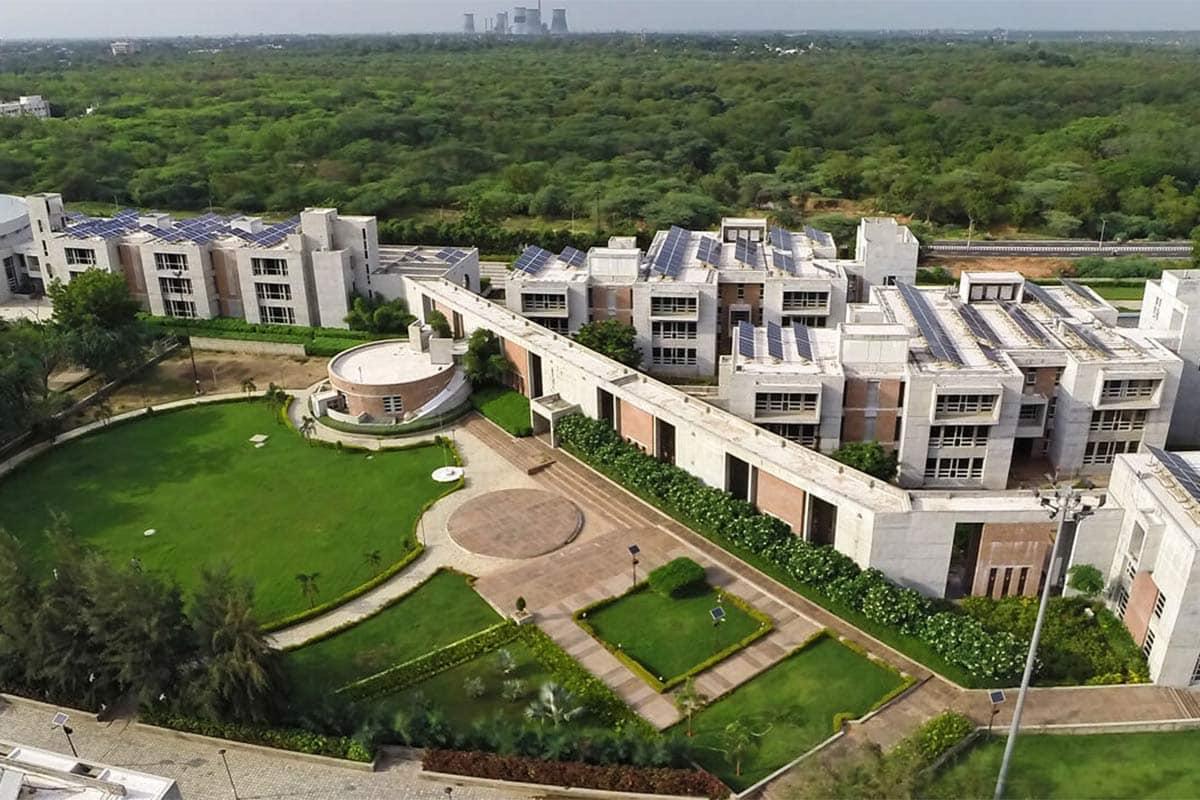 ગુજરાત સ્થિત આ શૈક્ષણિક સંસ્થા ફોરેન્સિક સાયન્સનાં વિષયમાં દેશ-ભરની એક-માત્ર પ્રમુખ સંસ્થા તરીકે સુકાન સંભાળશે. આ યુનિવર્સિટીને રાષ્ટ્રીય કક્ષાનો દરજ્જો મળતા કેન્દ્ર સરકાર દ્વારા આ યુનીવર્સીટીને ૧૦૦% ગ્રાન્ટ આપવામાં આવશે, અને દેશ-દુનિયામાં ફોરેન્સિક સાયન્સ ક્ષેત્રેના અભ્યાસક્રમો તથા સંશોધનોમાં વધારો થતા ગુજરાત વૈશ્વિક સ્તરે પ્રસ્થાપિત થશે તેમ તેમણે ઉમેર્યું હતું.
