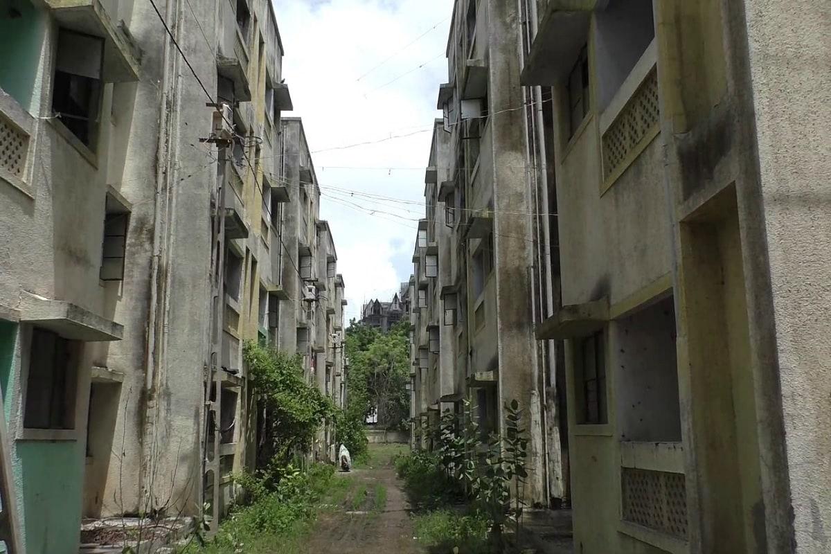 અંકિત પોપટ, રાજકોટઃ આખરે 10 વર્ષથી પડતર આવાસો ગરીબોને સોંપવામાં આવશે. જી,હા આજરોજ રાજકોટ (Rajkot) મનપાની (RMC) સ્ટેન્ડિંગ કમિટીની બેઠક મળી હતી. જે બેઠકમા 10 વર્ષથી પડતર પડેલા આવાસોનુ સમારકાર કરી ગરીબોને કેન્દ્ર સરકારની ગાઈડલાઈન (Government Guideline) મુજબ સોંપણી કરવાનું નક્કી કરવામા આવ્યુ છે. તો સાથે જુદી જુદી 53 જેટલી દરખાસ્તો મંજૂર કરવામા આવી છે.