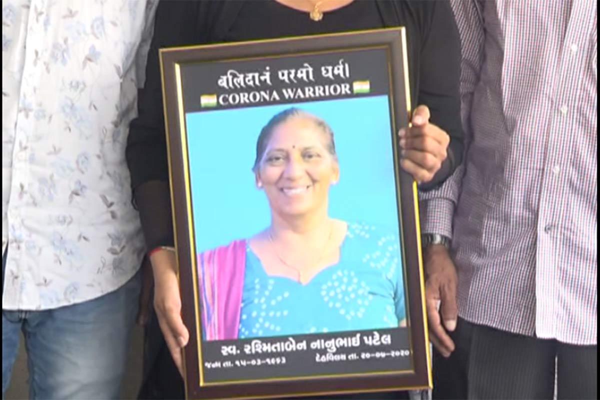 કિર્તેશ પટેલ, સુરત: સુરત નવી સિવિલ હોસ્પિટલ (Surat New Civil Hospital)માં ફરજ બજાવતા મહિલા હેડ નર્સનું કોરોનાની સારવાર દરમિયાન નિધન થયું હતું. જે બાદમાં મૃતકના પરિવારજનોને ભાજપ પ્રદેશ અધ્યક્ષ સી.આર. પાટીલ (Gujarat BJP Chief C R Patil)ના પ્રયાસથી માત્ર 10 દિવસમાં રાજ્ય અને કેન્દ્ર સરકાર તરફથી રૂપિયા 50 લાખનો ચેક અર્પણ કરવામાં આવ્યો છે. આજ રોજ ભાજપ પ્રદેશ અધ્યક્ષ સી.આર. પાટીલના હસ્તે આ ચેક સહાય પેટે આપવામાં આવ્યો હતો.