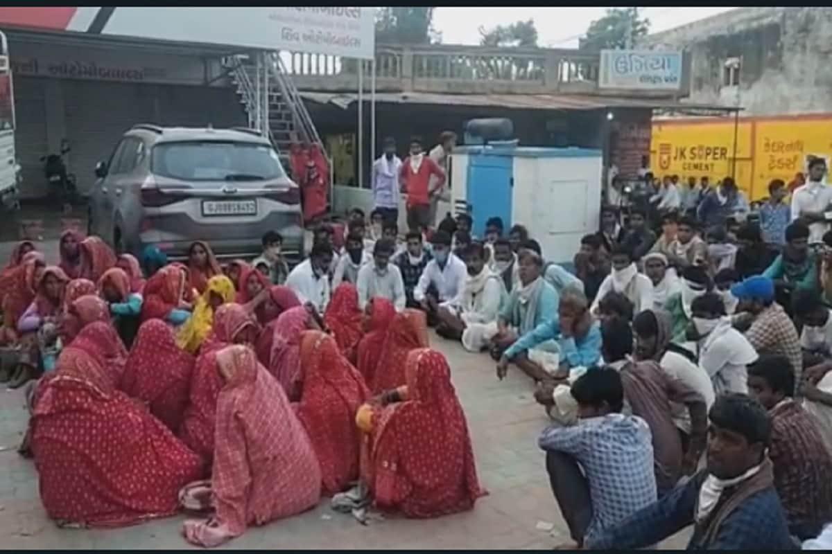 આનંદ જયસ્વાલ, બનાસકાંઠા : બનાસકાંઠાના (banaskantha) ઇકબાલગઢ ખાતે એક ખાનગી હોસ્પિટલમાં પ્રસૂતી દરમિયાન મહિલાનું મોત નિપજતા મૃતકના પરિવારજનોએ હંગામો મચાવ્યો છે. ઘટના સંદર્ભે પોલીસે અકસ્માતે મોતનો ગુનો નોંધવામાં આવ્યો છે. પરંતુ આ મૃતકનાં પરિવારજનોની માંગ છે કે, પ્રસૂતિ કરનાર ડૉક્ટર ચિરાગ પરમાર સામે બેદરકારને કારણે એફઆઇઆર નોંધો. જ્યાં સુધી તબીબ સામે ગુનો નોંધવામાં નહીં આવે ત્યાં સુધી અમારા સમાજની માતા-બહેનો, વડીલો અને યુવાનો ઘરણા પર જ બેસી રહીશું. પરિવવારજનોએ ડૉક્ટરની ધરપકડની માંગ સાથે હૉસ્પિટલ આગળ ધરણા પર બેસી ગયા છે.