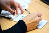 ઘોર કળિયુગ : અમદાવાદમાં માતાની ડુપ્લીકેટ સહી કરી દીકરીએ બેન્કમાંથી 2.25 લાખ ઉપાડી લીધાં