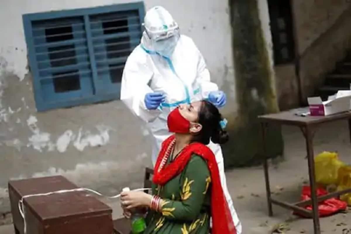 સંજય જોશી, અમદાવાદઃ અત્યારે કોરોના વાયરસનો (coronavirus) કહેર વધતો જાય છે ત્યારે કોરોના વાયરસના ટેસ્ટિંગમાં પણ વધારો કરવામાં આવ્યો છે. ત્યારે ગુજરાત હાઈકોર્ટમાં (Gujarat hight court) બે દિવસમાં લગભગ 250થી વધુ કર્મચારીનાં કોરોનાટેસ્ટિંગ કરવામાં આવ્યા છે. અને કુલ 21 કર્મચારી પોઝિટિવ (corona positive) આવ્યા છે. સિવિલ હોસ્પિટલ દ્વારા કર્મચારીઓના ટેસ્ટિંગની વ્યવસ્થા ગોઠવવામાં આવી હતી અને ગુરુવારે પણ વધુ ટેસ્ટિંગ હાથ ધરાય એવી શક્યતા છે. ઉલ્લેખનીય છે કે, ગુજરાત હાઇકોર્ટ માર્ચથી વીડિયો કોન્ફરન્સિંગના માધ્યમથી કેસોની સુનાવણી કરી રહી છે.