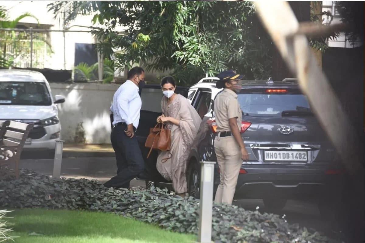 મુંબઇ: સુશાંત સિંહ રાજપૂત (Sushant Singh Rajput)નાં મોત મામલે જોડાયેલો ડ્રગ્સ કેસની તપાસમાં નારકોટિક્સ કંટ્રોલ બ્યૂરો (NCB)એ શનિવારે અહીં એક્ટ્રેસ દીપિકા પાદુકોણ (Deepika Padukone)ની પાંચ કલાક પૂછપરછ કરી હતી. જાણકારી મુજબ આ દરમિયાન દીપિકા પાદુકોણ ત્રણ વખત રડી પડી હતી. ઘણાં મીડિયા રિપોર્ટ્સમાં દાવો કરવામાં આવ્યો છે કે, તેની પૂછપરછ પાંચ કલાક જેટલાં સમય સુધી ચાલી હતી. આ દમરિયાન દીપિકા પાદુકોણ NCBનાં અધિકારીઓ સામે રોવા લાગી હતી. આવું એક બે વખત નહીં ત્રણ વખત થયુ હતું.