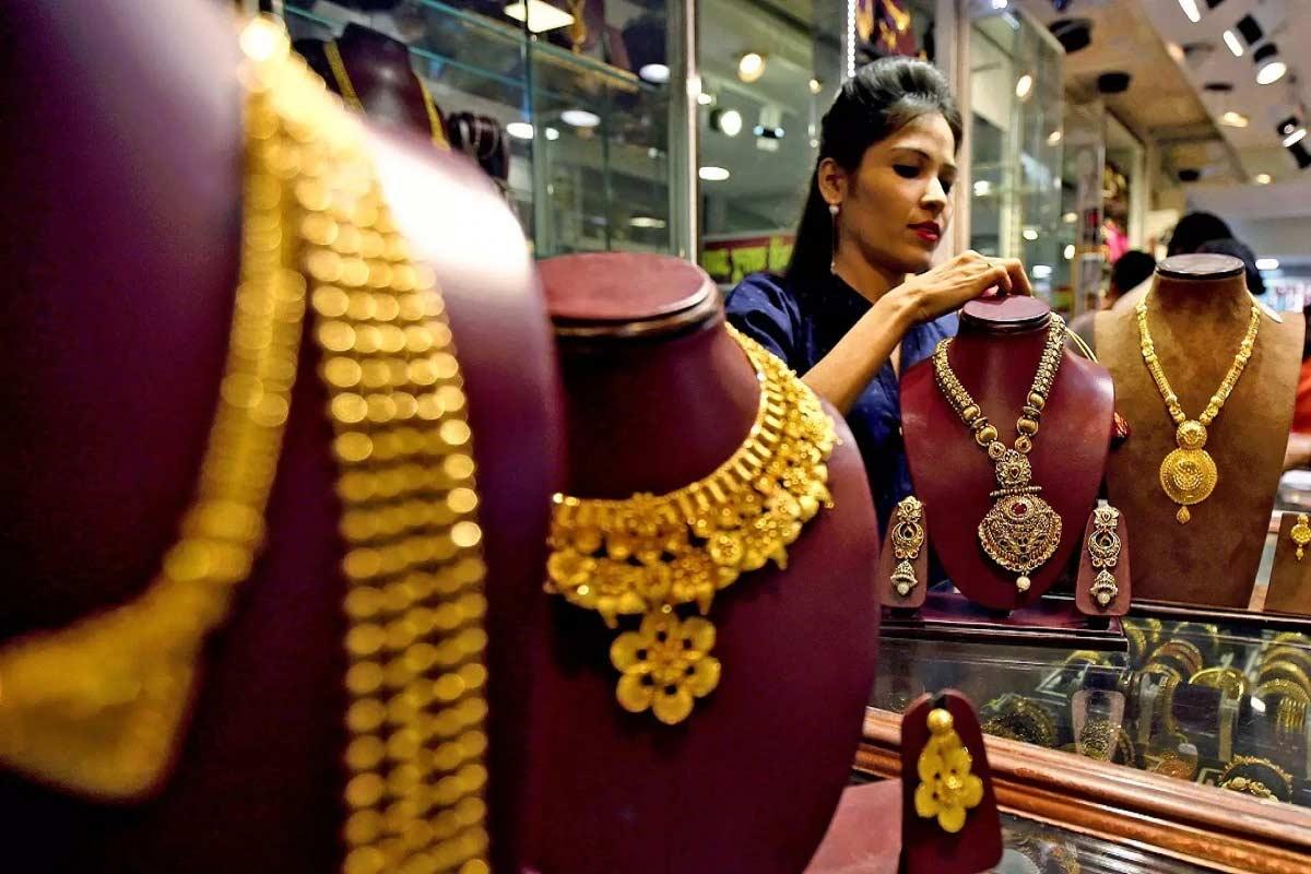 સોનાના નવા ભાવ (Gold Price, 12th October 2020) – HDFC સિક્યુરિટીઝ મુજબ, દિલ્હી બુલિયન માર્કેટમાં સોમવારે સોનું 240 રૂપિયા પ્રતિ 10 ગ્રામ સુધી મોંઘું થઈ ગયું હતું. સપ્તાહના પહેલા દિવસે સોનાનો નવો ભાવ વધીને 52,073 રૂપિયા પ્રતિ 10 ગ્રામના સ્તરે પહોંચી ગયો. બીજી તરફ આ પહેલા શુક્રવારે દિવસ ભરના કારોબાર બાદ સોનાનો ભાવ 51,833 રૂપિયા પ્રતિ 10 ગ્રામ પર બંધ થયો હતો. (પ્રતીકાત્મક તસવીર)