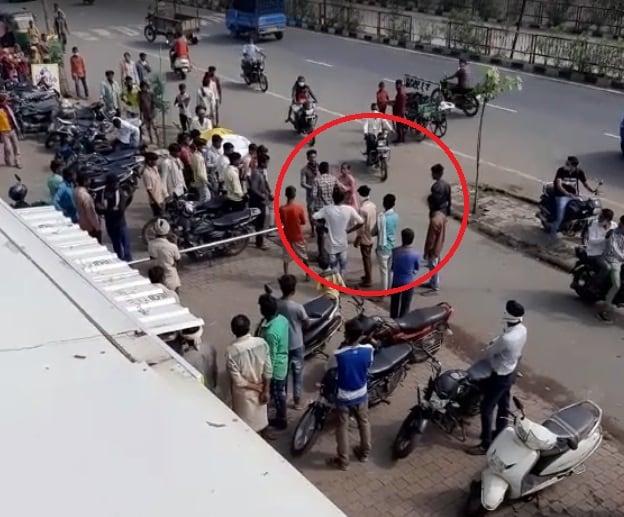 જોકે, ટોળામાં હાજર કોઈ વ્યક્તિએ વીડિયો મોબાઈલમાં ઉતારીતેને સોશિયલ મીડિયામાં વાઇરલ કર્યો છે. જોકે આ ઘટના જોનારા લોકો મહિલાની હિમ્મત જોઈને દંગ રહી ગયા હતા. નવા ભારતમાં મહિલાઓનું સશક્તિકરણ થયું છે.