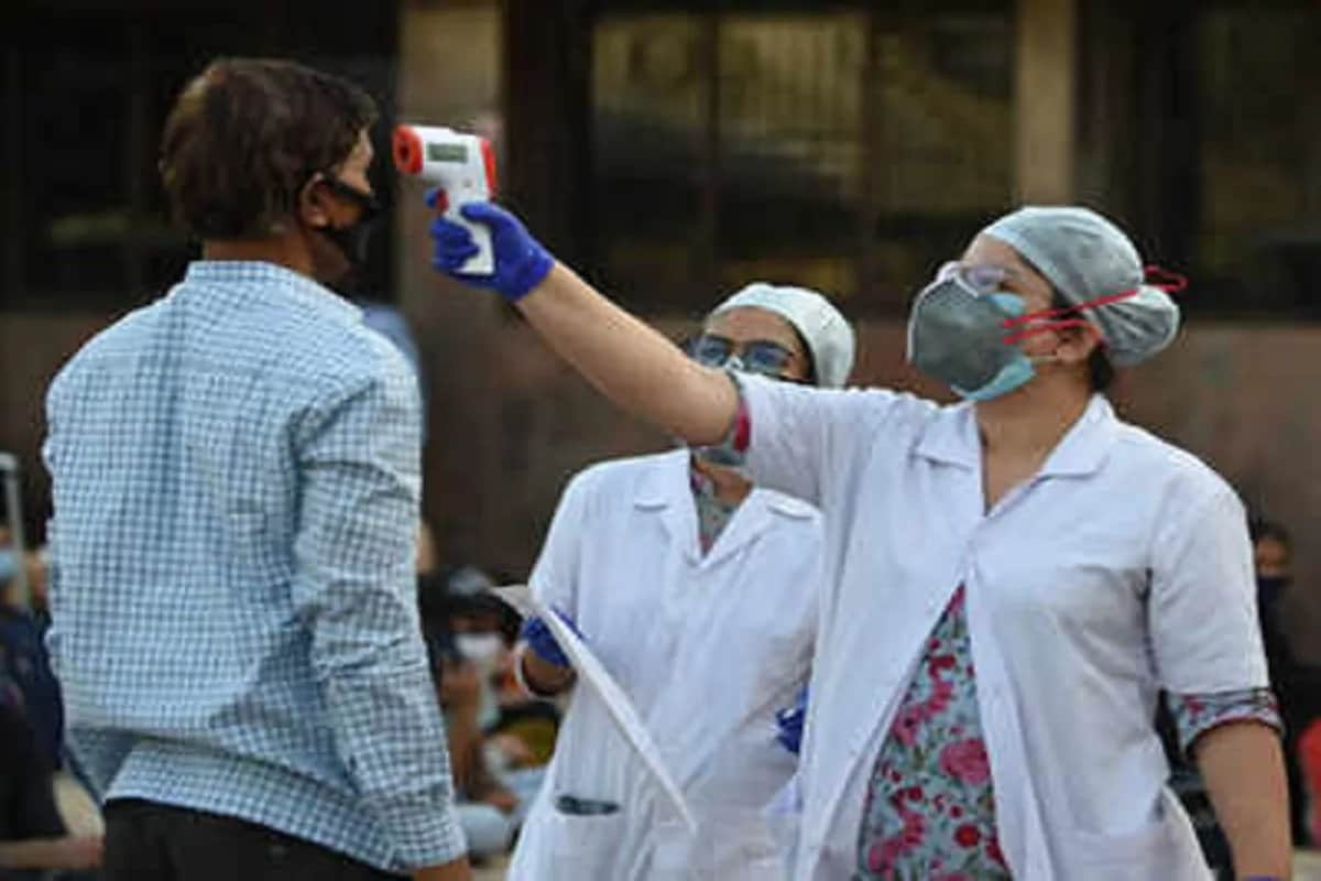 અમદાવાદ : ગુજરાતમાં હજી પણ કોરોના વાયરસનો કહેર વધી રહ્યો છે. રાજ્યમાં (Gujarat corona update) છેલ્લા 24 કલાકમાં કોરોના વાયરસના (Coronavirus) 1091નવા કેસ નોંધાયા છે. જેની સામે 1233 દર્દીઓ સાજા થયા છે. છેલ્લા 24 કલાકમાં રાજ્યમાં કોવિડ-19 (Covid19)ના કારણે 9 દર્દીઓના મોત થયા છે. રાજ્યમાં કુલ મૃત્યુઆંક 3638 થયો છે. 24 કલાકમાં સૌથી વધુ સુરતમાં (SURAT Coronavirus updates) 239 કેસ નોંધાયા છે. રાજ્યમાં કોરોનાના કુલ કેસ 1,59,726 નોંધાયા છે. જેમાંથી એક્ટિવ કેસ 14,436 છે. આજે રાજ્યમાં કુલ 52,141 ટેસ્ટ કરવામાં આવ્યા છે. રાજ્યમાં સાજા થવાનો દર 88.68 ટકા છે. (પ્રતિકાત્મક તસવીર)