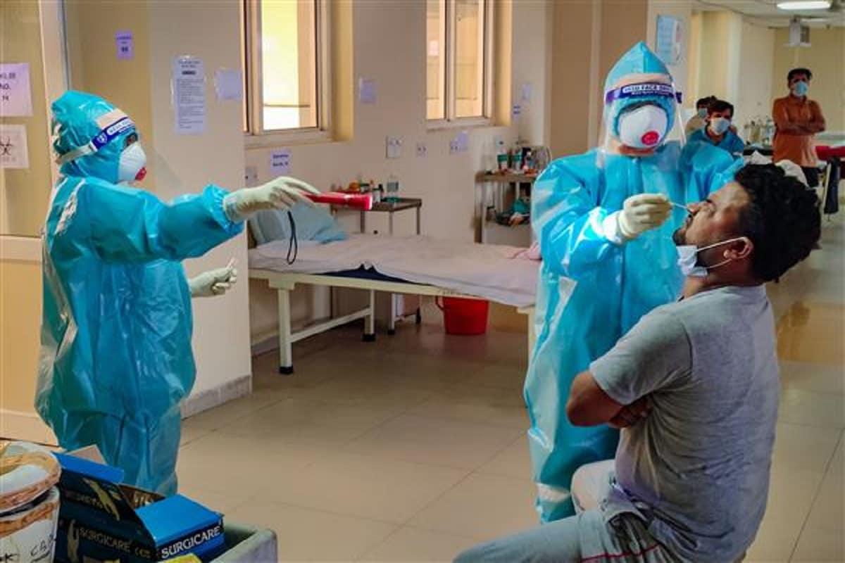 અમદાવાદ : રાજ્યમાં (Gujarat) છેલ્લા 24 કલાકમાં કોરોના વાયરસના (Coronavirus)1185 નવા કેસ નોંધાયા છે. જેની સામે 1329 દર્દીઓ સાજા થયા છે. છેલ્લા 24 કલાકમાં રાજ્યમાં કોવિડ-19 (Covid19)ના કારણે 11 દર્દીઓના મોત થયા છે. રાજ્યમાં કુલ મૃત્યુઆંક 3609 થયો છે. 24 કલાકમાં સૌથી વધુ સુરતમાં (SURAT Coronavirus updates) 249 કેસ નોંધાયા છે. રાજ્યમાં કોરોનાના કુલ કેસ 1,56,283 નોંધાયા છે. જેમાંથી એક્ટિવ કેસ 14,804 છે. આજે રાજ્યમાં કુલ 51,251 ટેસ્ટ કરવામાં આવ્યા છે. રાજ્યમાં સાજા થવાનો દર 88.22 ટકા છે. (પ્રતિકાત્મક તસવીર)