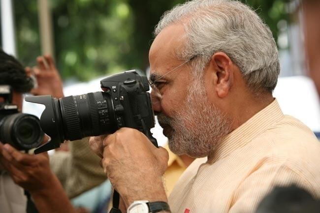મોદીએ સત્તા સંભાળતા જ લગભગ 5 મહિના થયા હશે અને ગોધરા કાંડ થયો. જેમાં અનેક હિંદુ કારસેવકની મોત થઇ. અને તે પછી 2002માં ગુજરાતમાં મુસ્લિમો વિરુદ્ધ કોમી તોફાનો થયા.