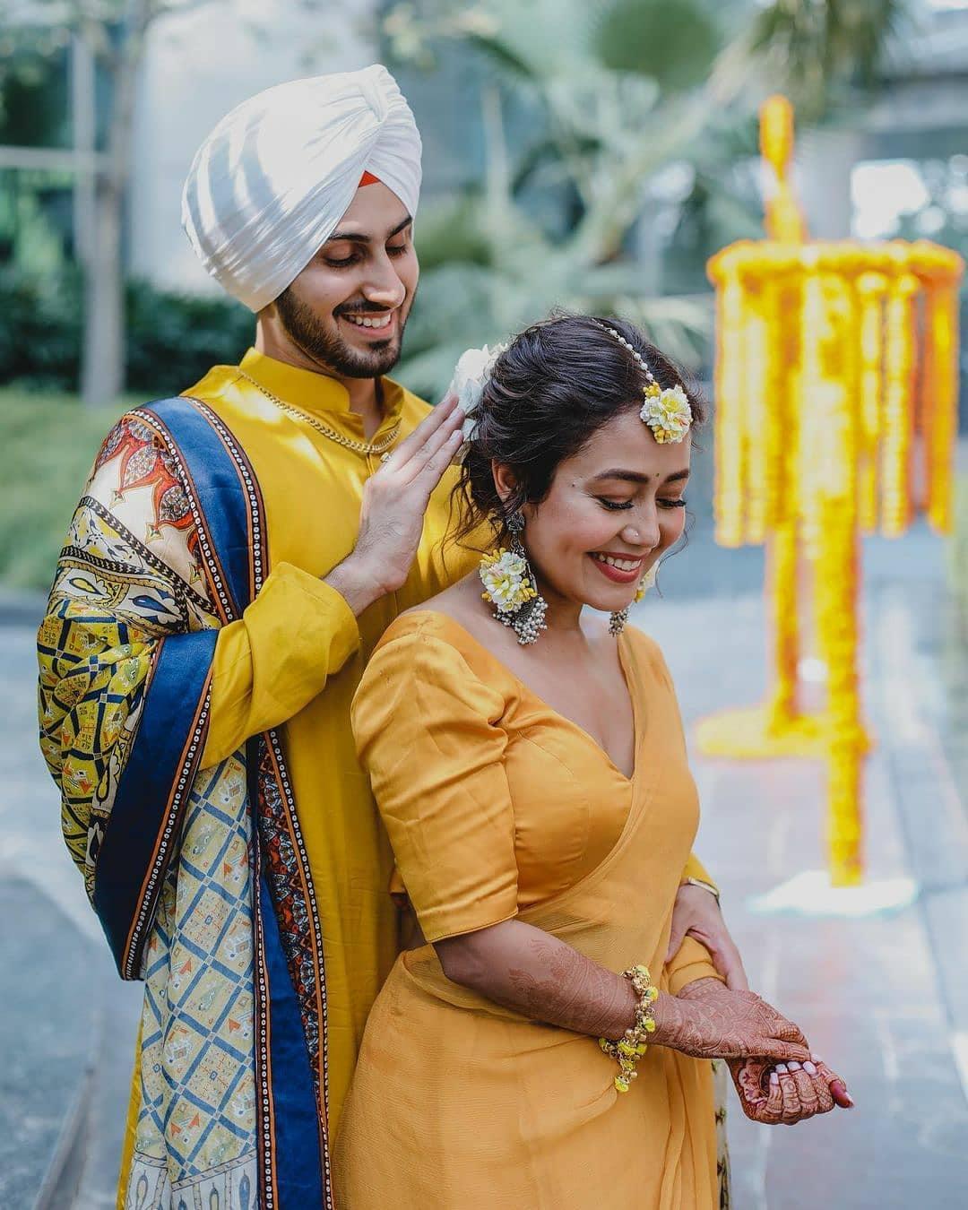 નેહા અને રોહનપ્રીત તેમના લગ્નની શરૂઆતી વિધિઓ એકબીજામાં તરબોળ દેખાઇ રહ્યા હતા. અને બંને સાથે ખૂબ ખુશ દેખાઈ રહ્યા છે. ફોટામાં તેમની ખુશી જોઈને ચાહકોના ચહેરા પર પણ સ્માઇલ આવી ગઇ છે. (Photo Credit- @nehakakkar/Instagram)